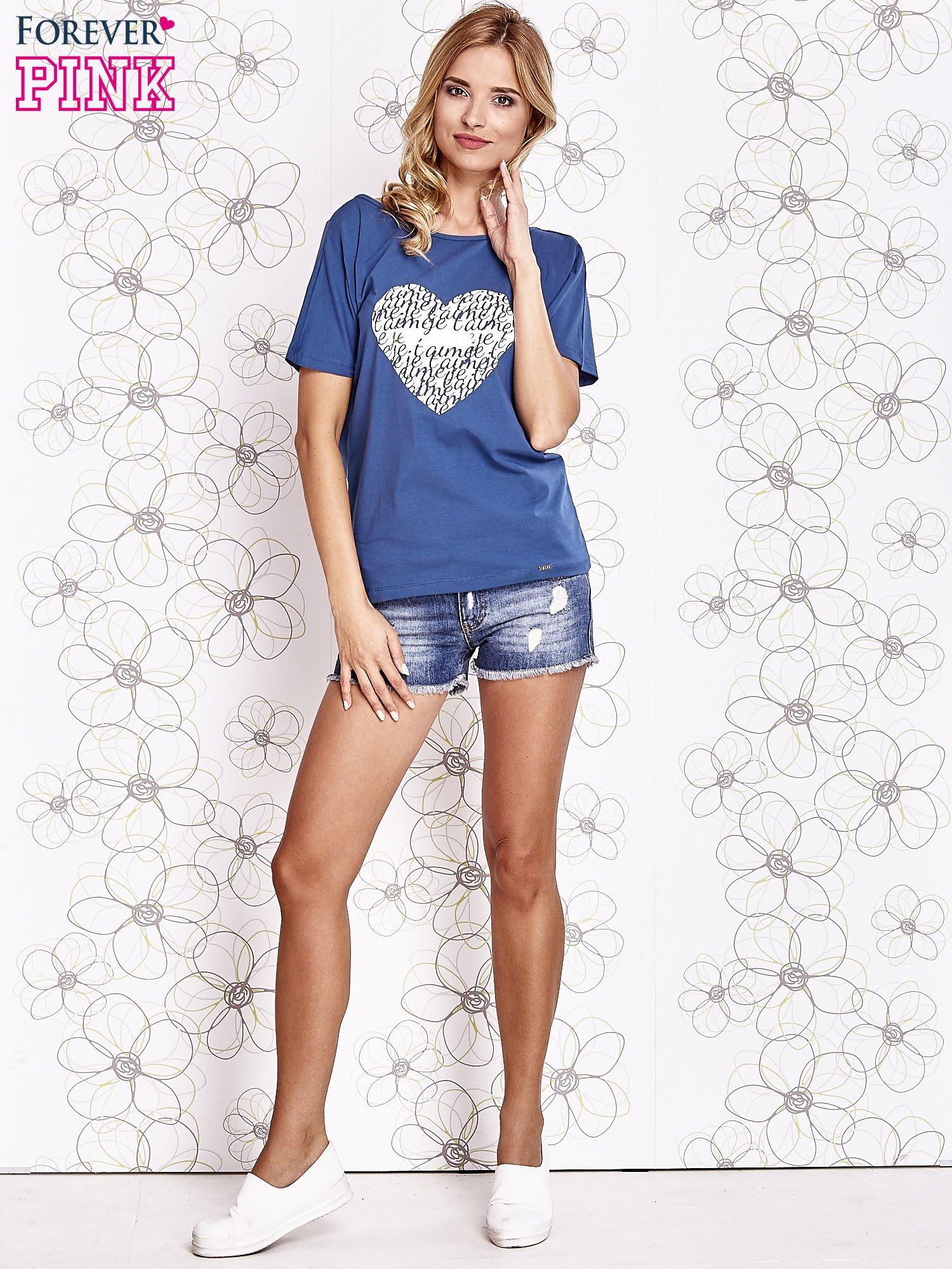 Ciemnoniebieski t-shirt z napisem JE T'AIME i dekoltem na plecach                                  zdj.                                  2