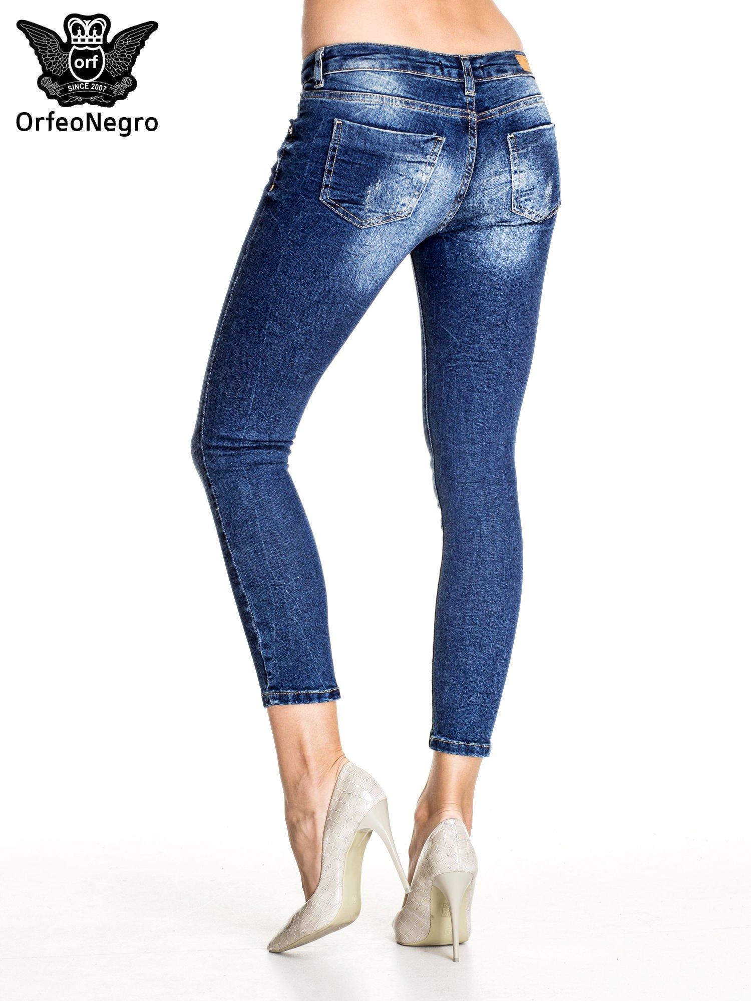 Ciemnoniebieskie gniecione spodnie skinny jeans                                  zdj.                                  2