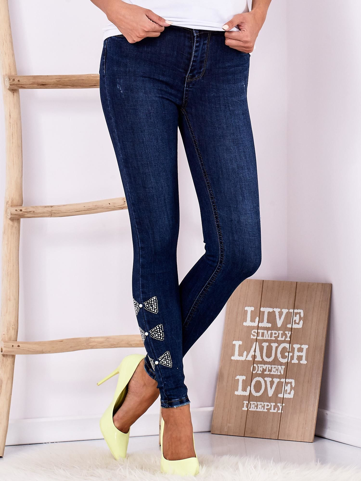 0768046d2f3a39 Ciemnoniebieskie jeansowe rurki z kokardkami z dżetów - Spodnie jeansowe -  sklep eButik.pl