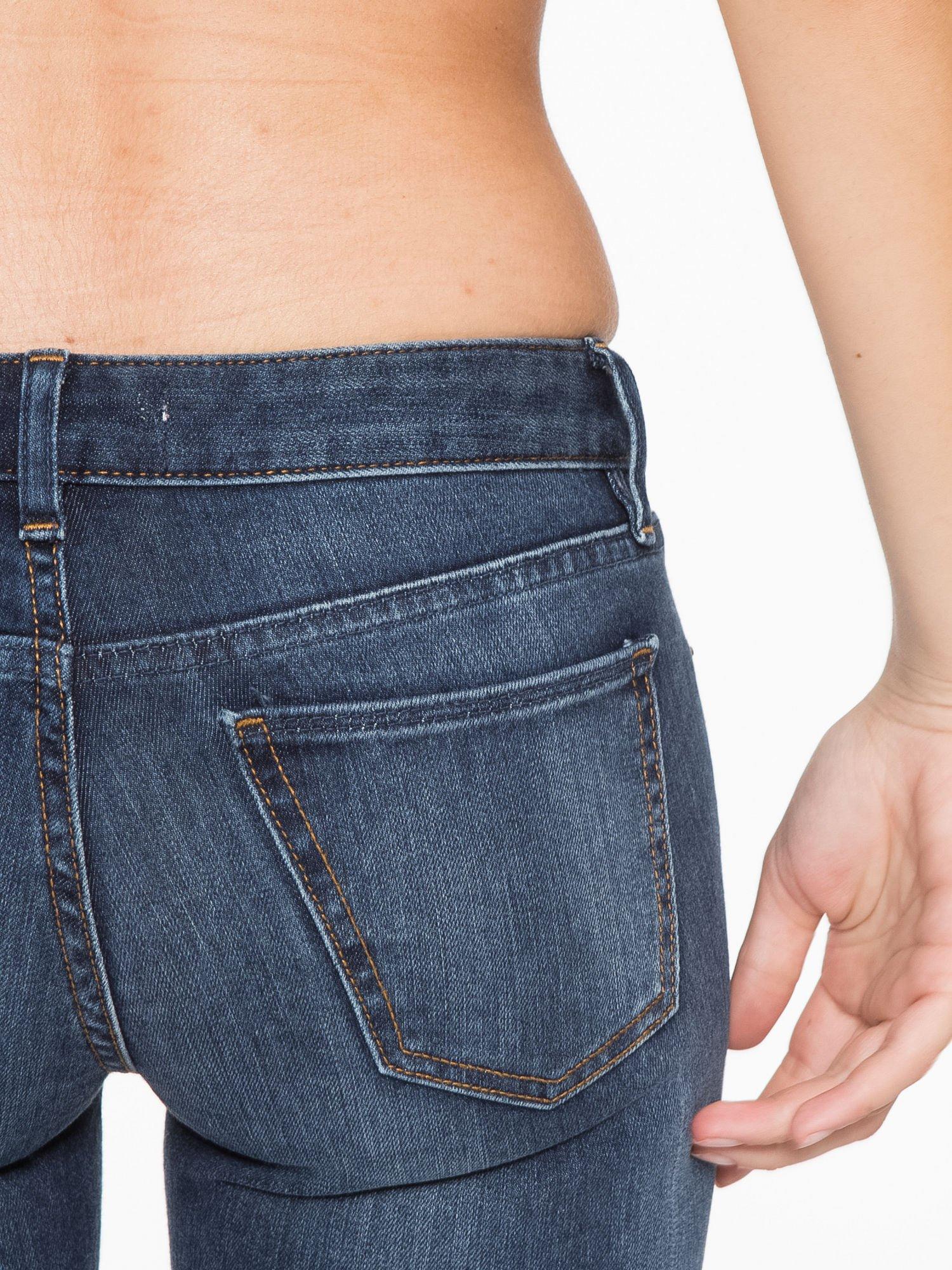 Ciemnoniebieskie spodnie jeansowe rurki z cieniowaniem                                  zdj.                                  7