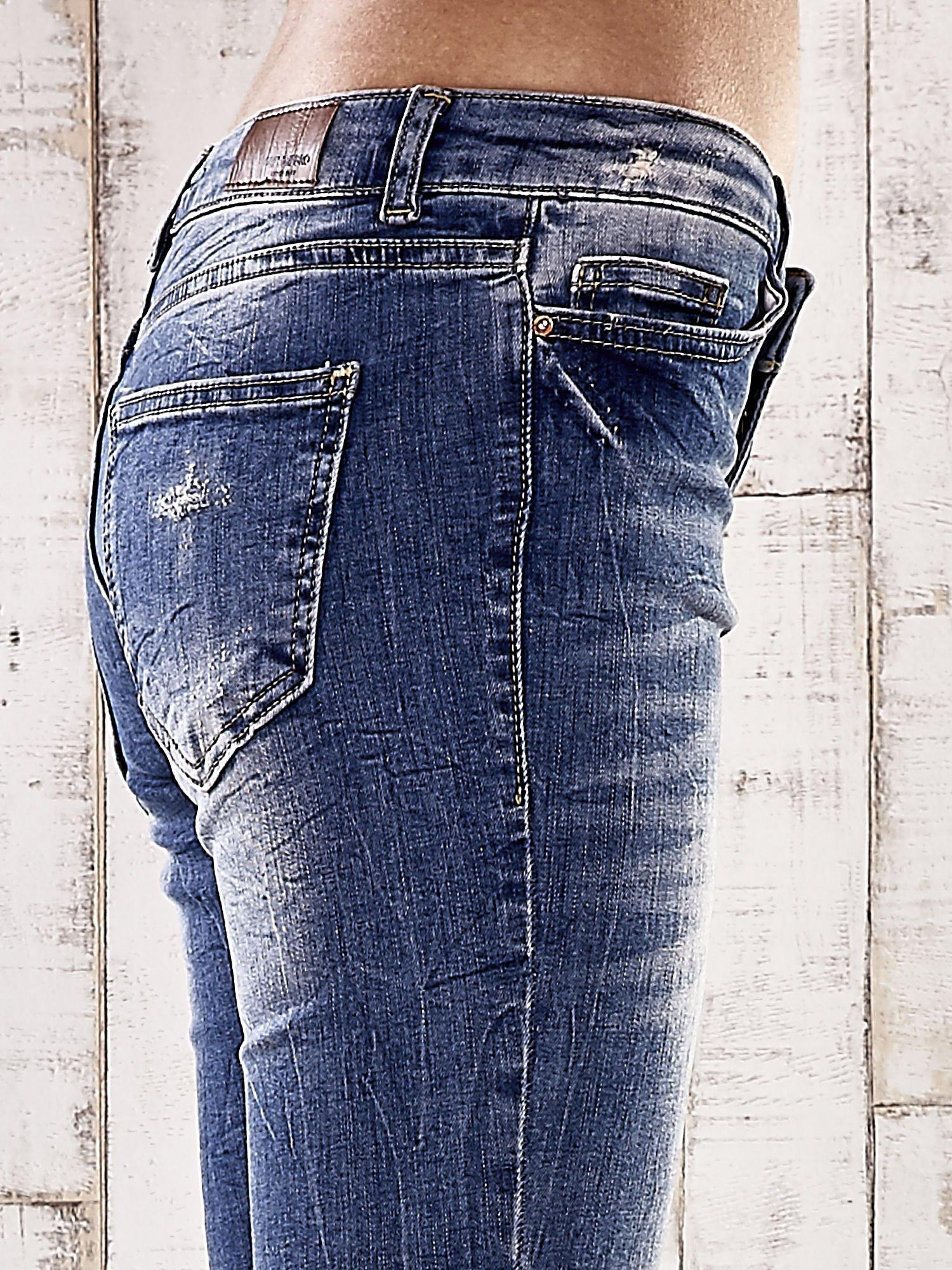 Ciemnoniebieskie spodnie jeansowe rurki z efektem marble denim                                  zdj.                                  5