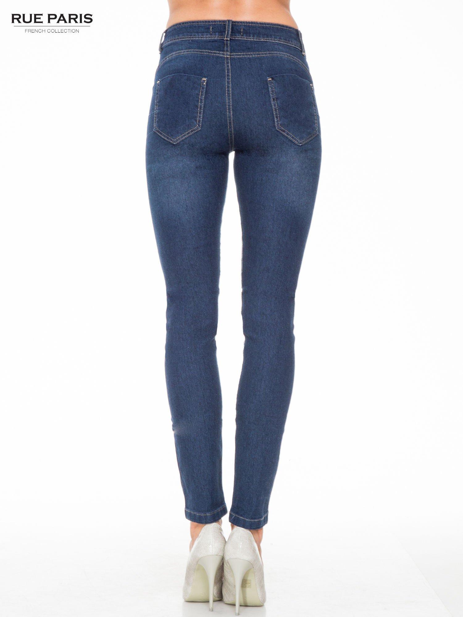 Ciemnoniebieskie spodnie jeansowe rurki z przetarciami                                  zdj.                                  4