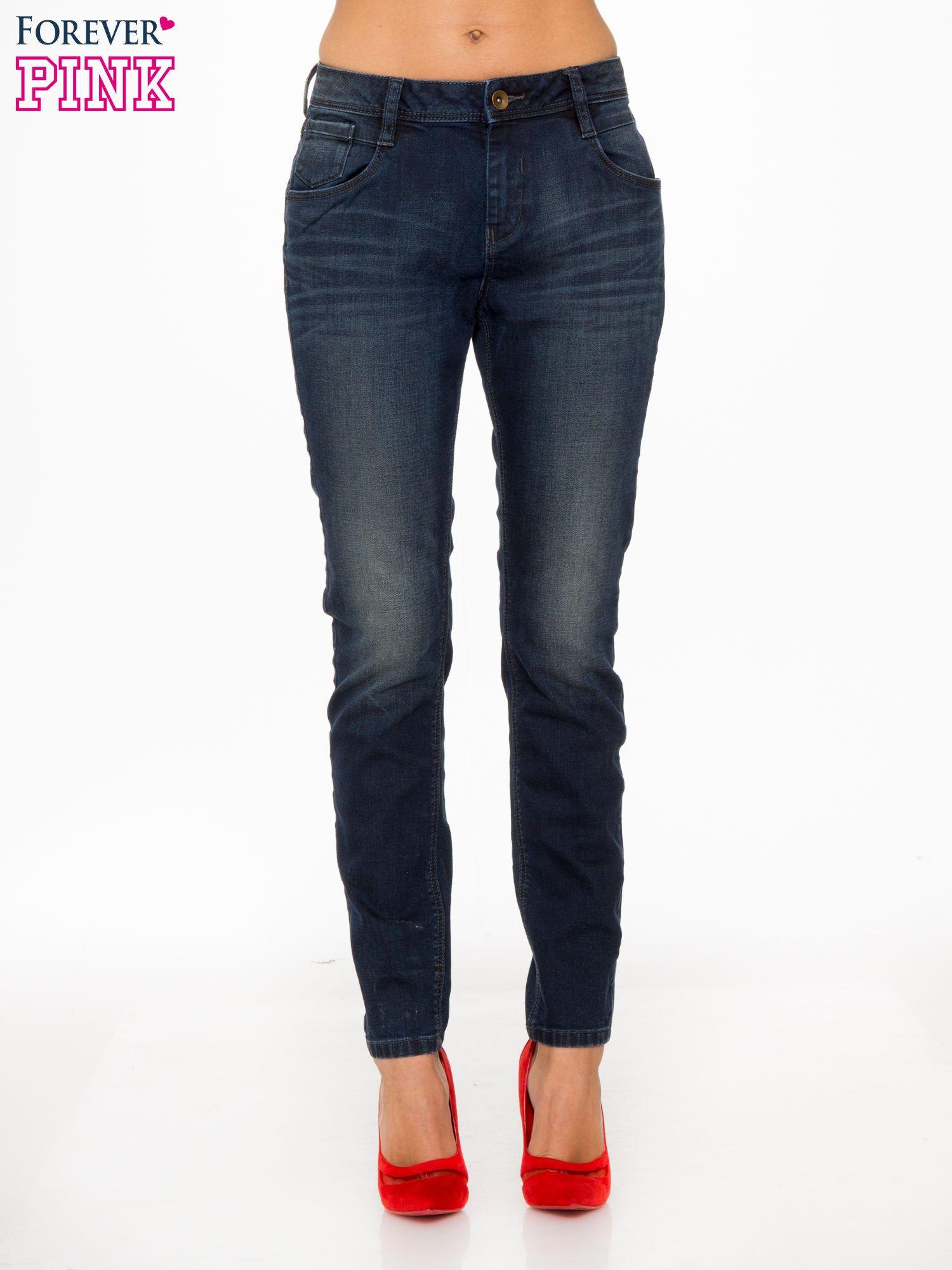 Ciemnoniebieskie spodnie jeansowe rurki z trójkątnymi kieszeniami tylnymi                                  zdj.                                  1