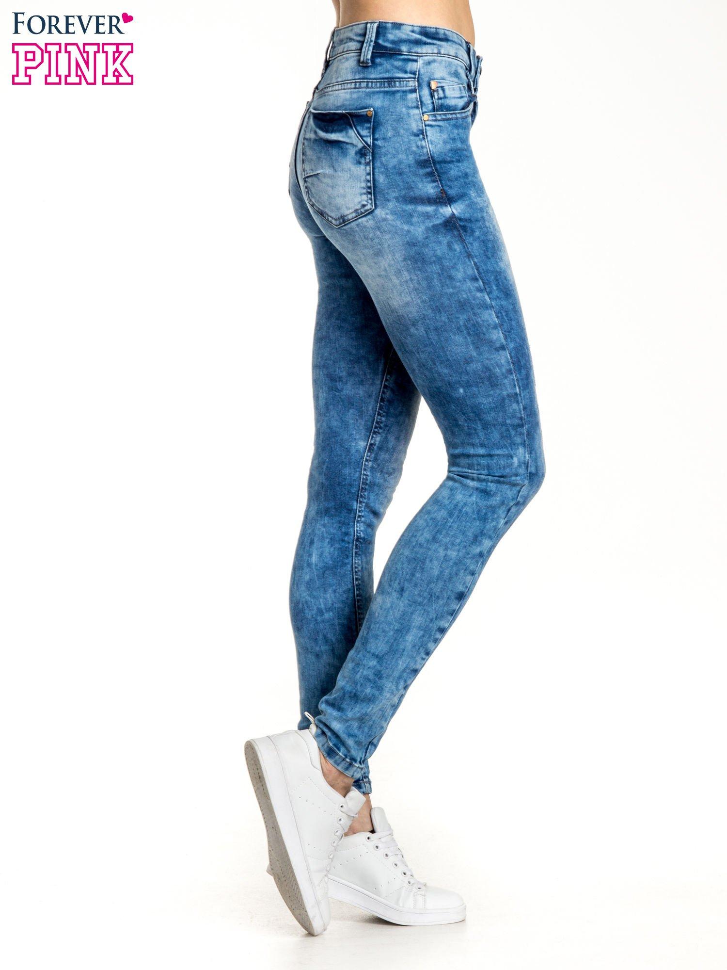 Ciemnoniebieskie spodnie jeansowe skinny z lekkim dekatyzowaniem                                  zdj.                                  2