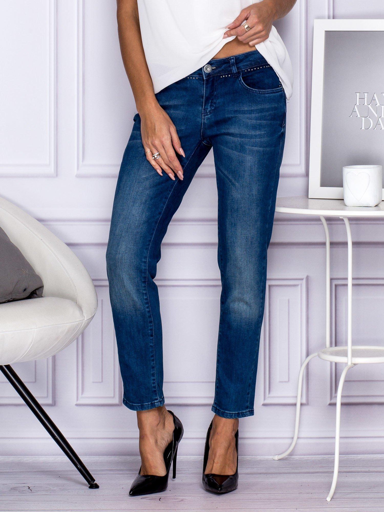 Ciemnoniebieskie spodnie regular jeans z dżetami w pasie                                  zdj.                                  2