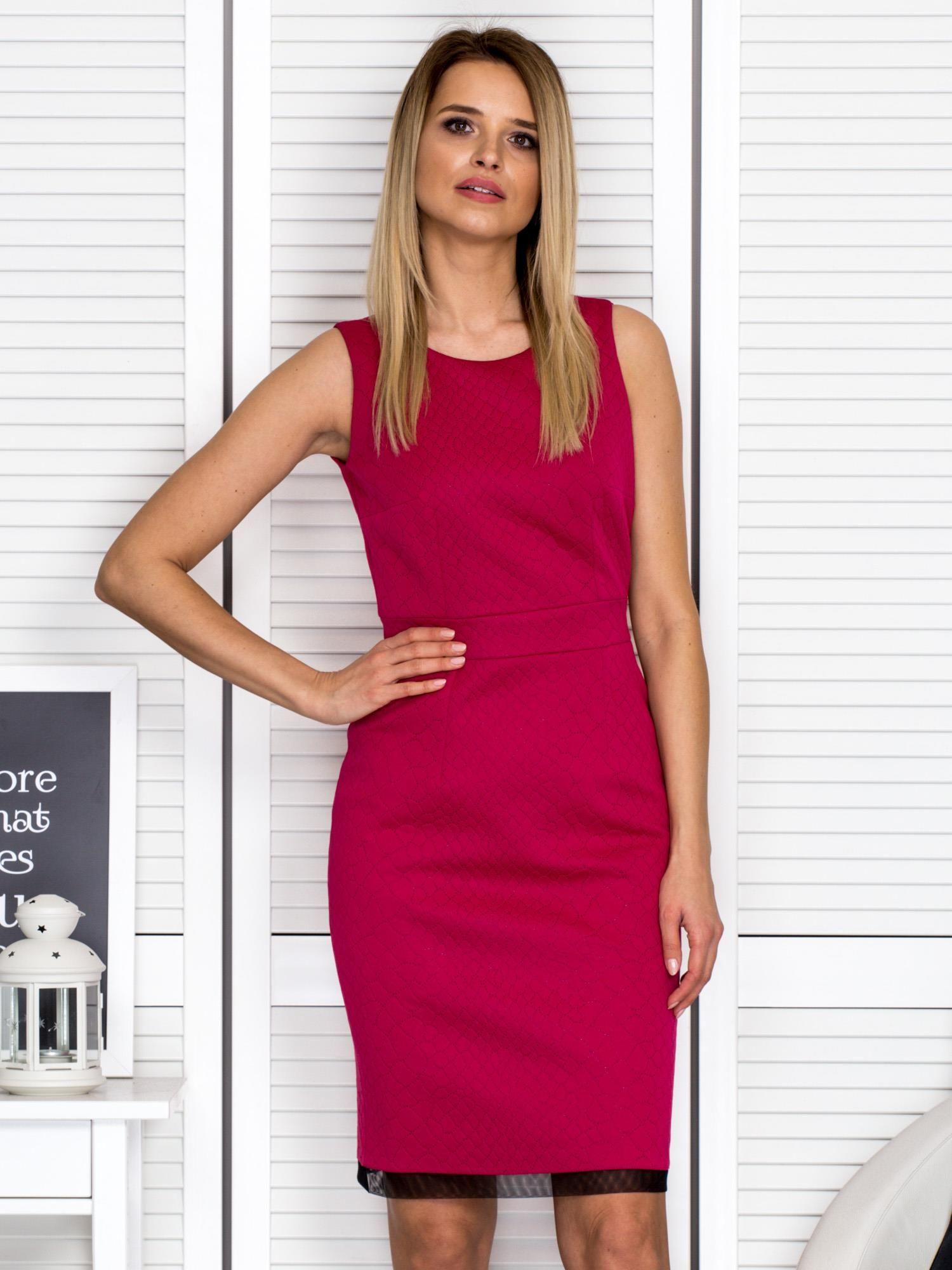 eab8f90030 Ciemnoróżowa sukienka koktajlowa w drobny tłoczony wzór - Sukienka ...