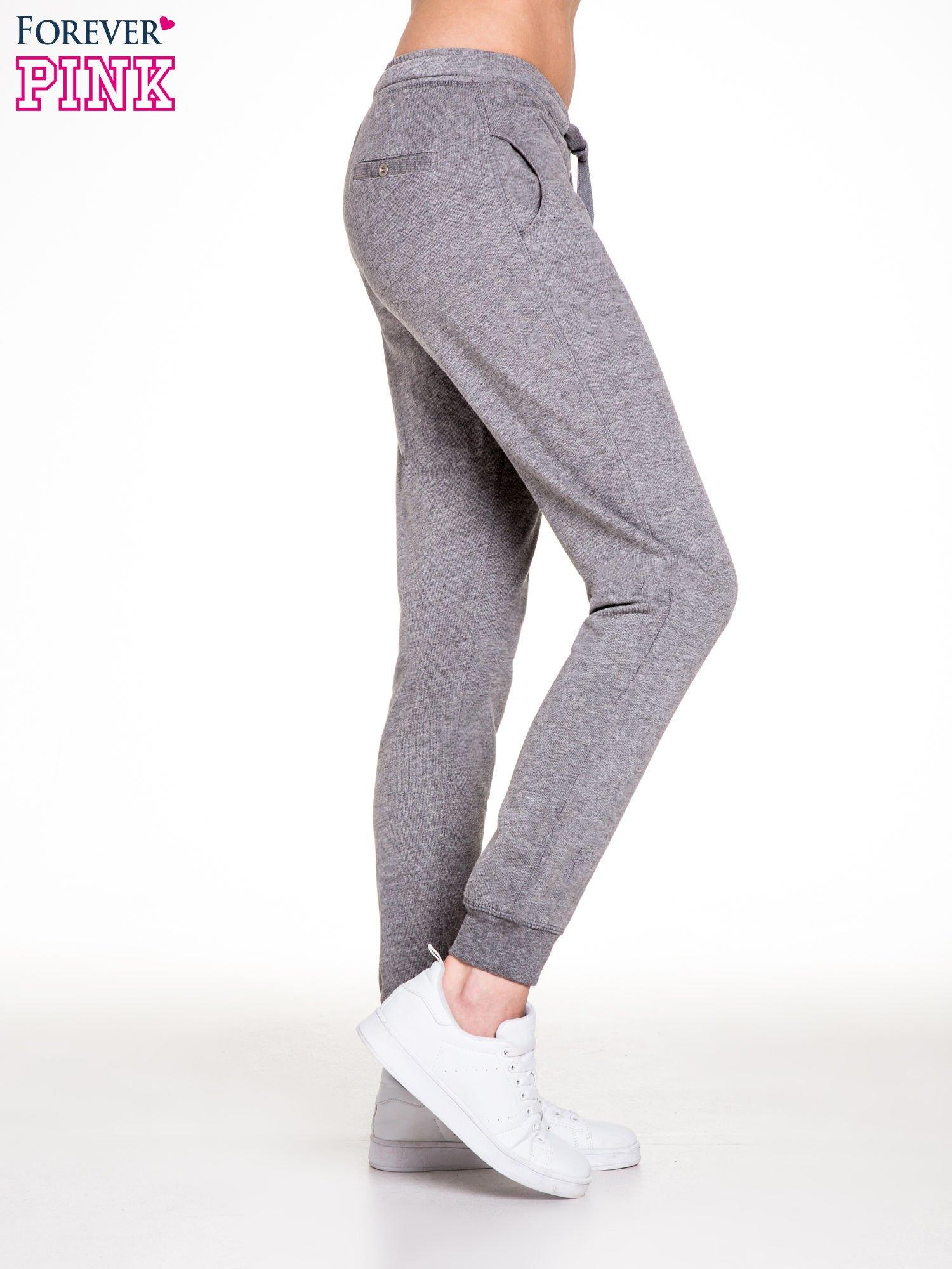 Ciemnoszare spodnie dresowe damskie z guziczkami                                  zdj.                                  3