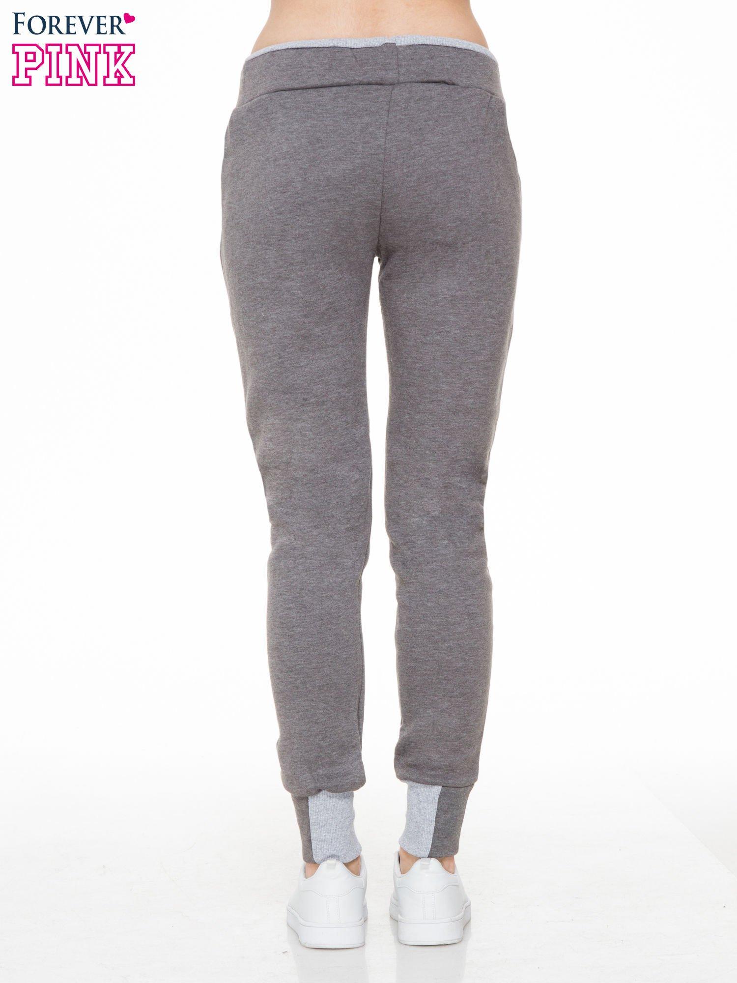 Ciemnoszare spodnie dresowe z kontrastowymi wstawkami                                  zdj.                                  4