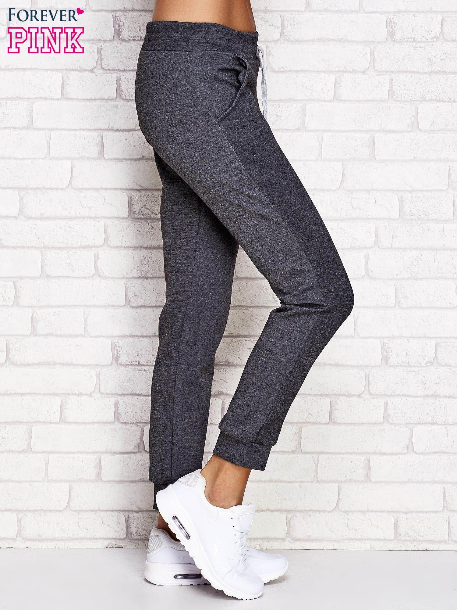 88c3e0ad Ciemnoszare spodnie dresowe z napisem BE FAST