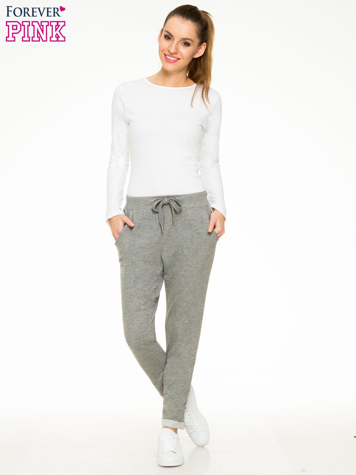 Ciemnoszare spodnie dresowe z wywijanymi nogawkami                                  zdj.                                  2