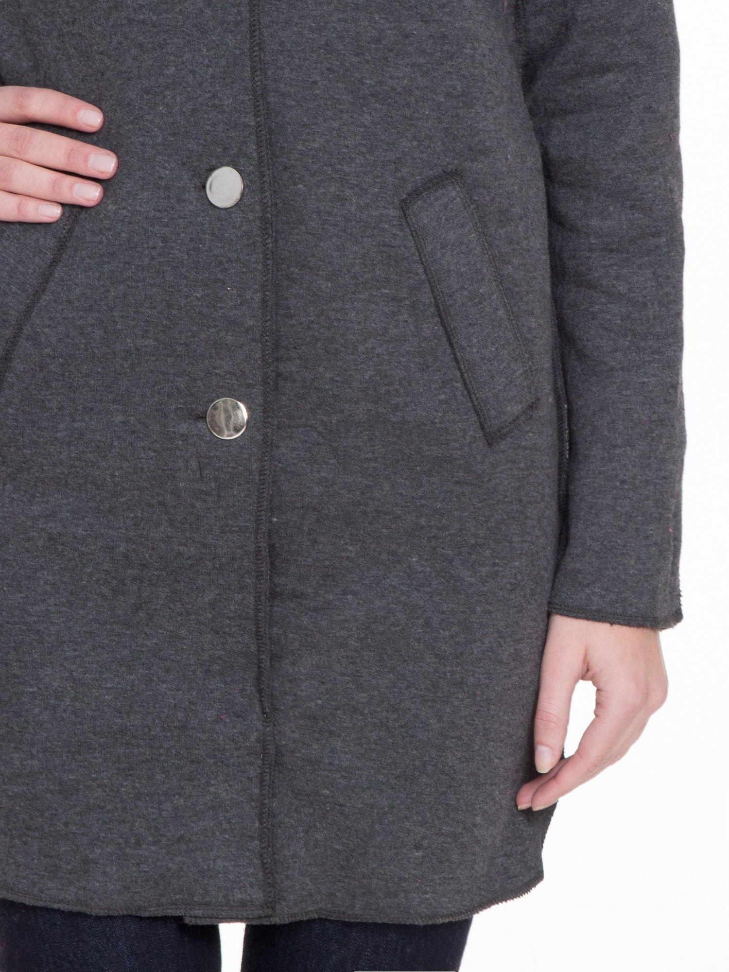 Ciemnoszary dresowy płaszcz o kroju oversize                                  zdj.                                  5
