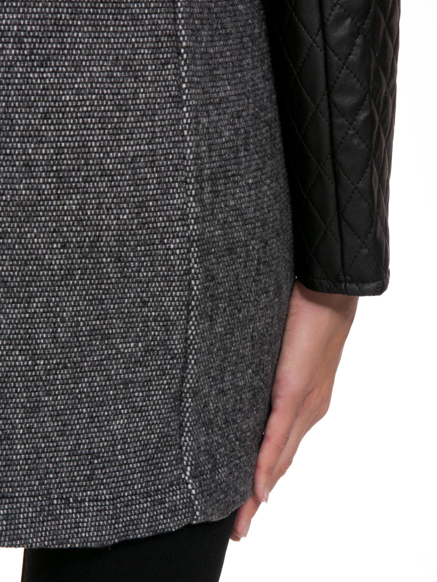 Ciemnoszary płaszcz ze skórzanymi pikowanymi rękawami                                  zdj.                                  11