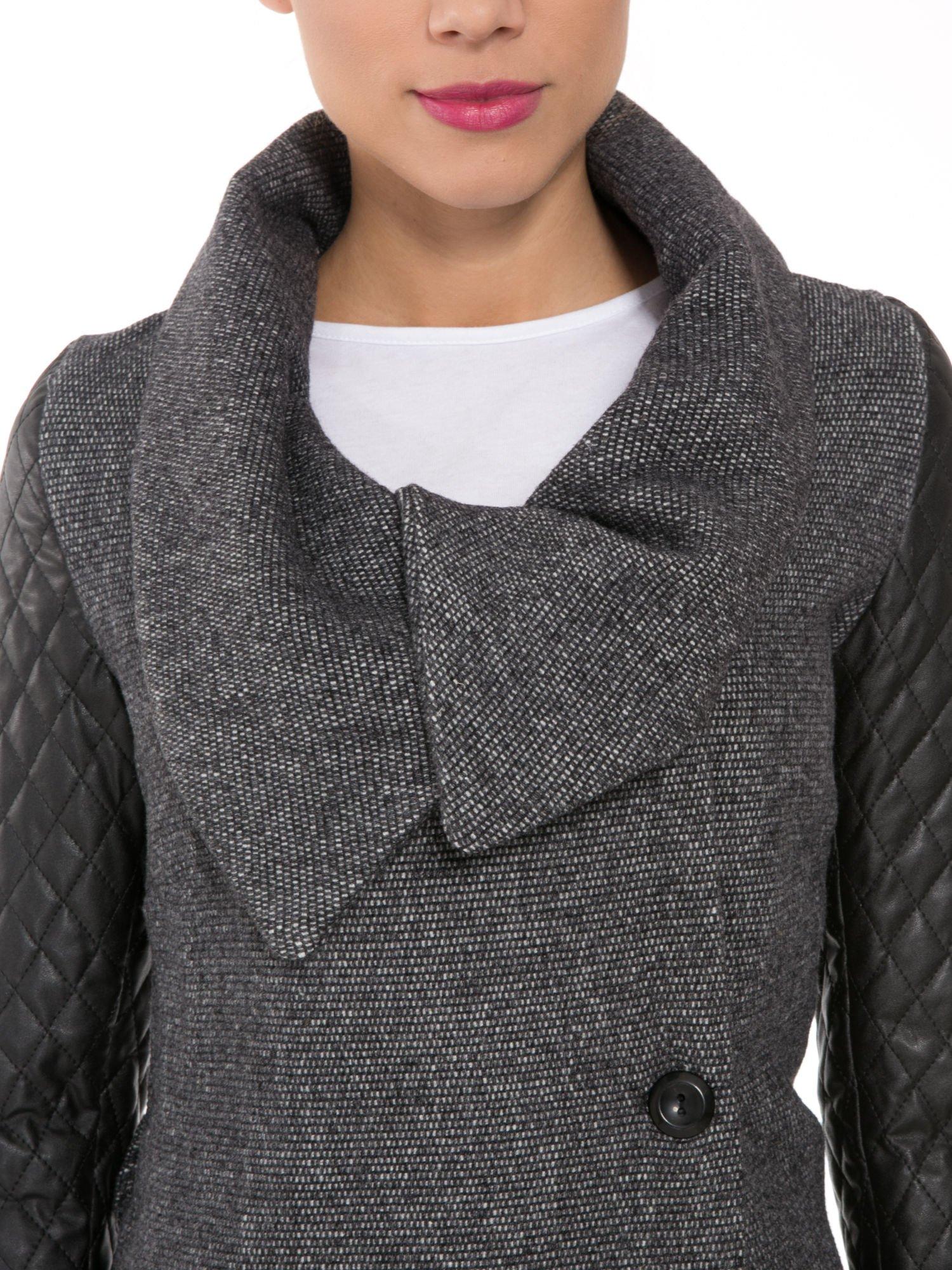 Ciemnoszary płaszcz ze skórzanymi pikowanymi rękawami                                  zdj.                                  5
