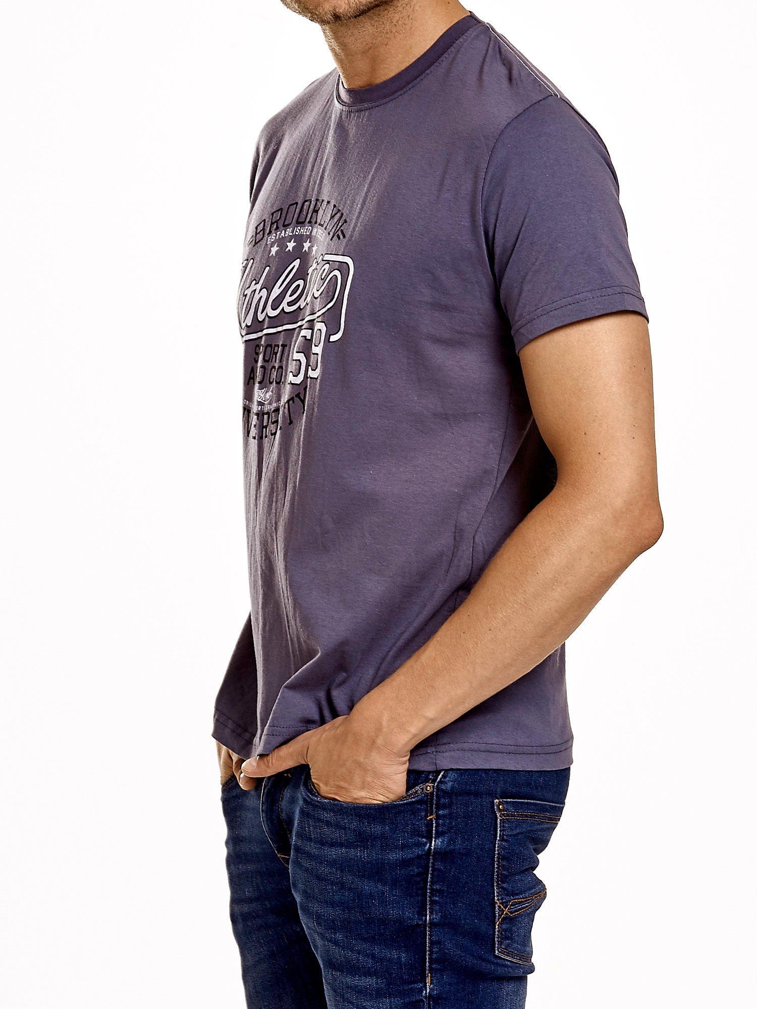 Ciemnoszary t-shirt męski z napisem BROOKLYN ATHLETIC UNIVERSITY                                  zdj.                                  4