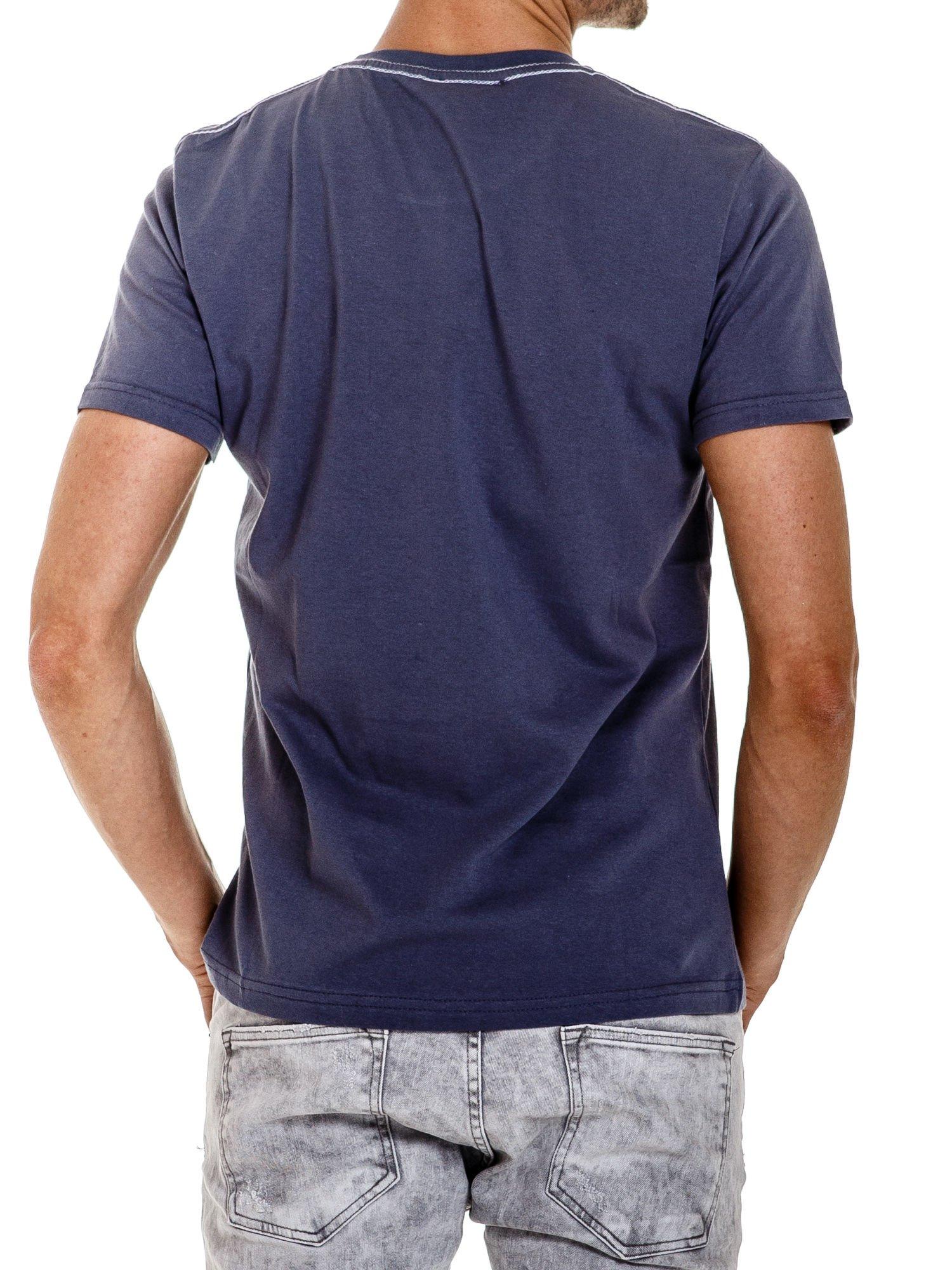 Ciemnoszary t-shirt męski ze sportowym nadrukiem i napisem SUPERIOR                                  zdj.                                  2