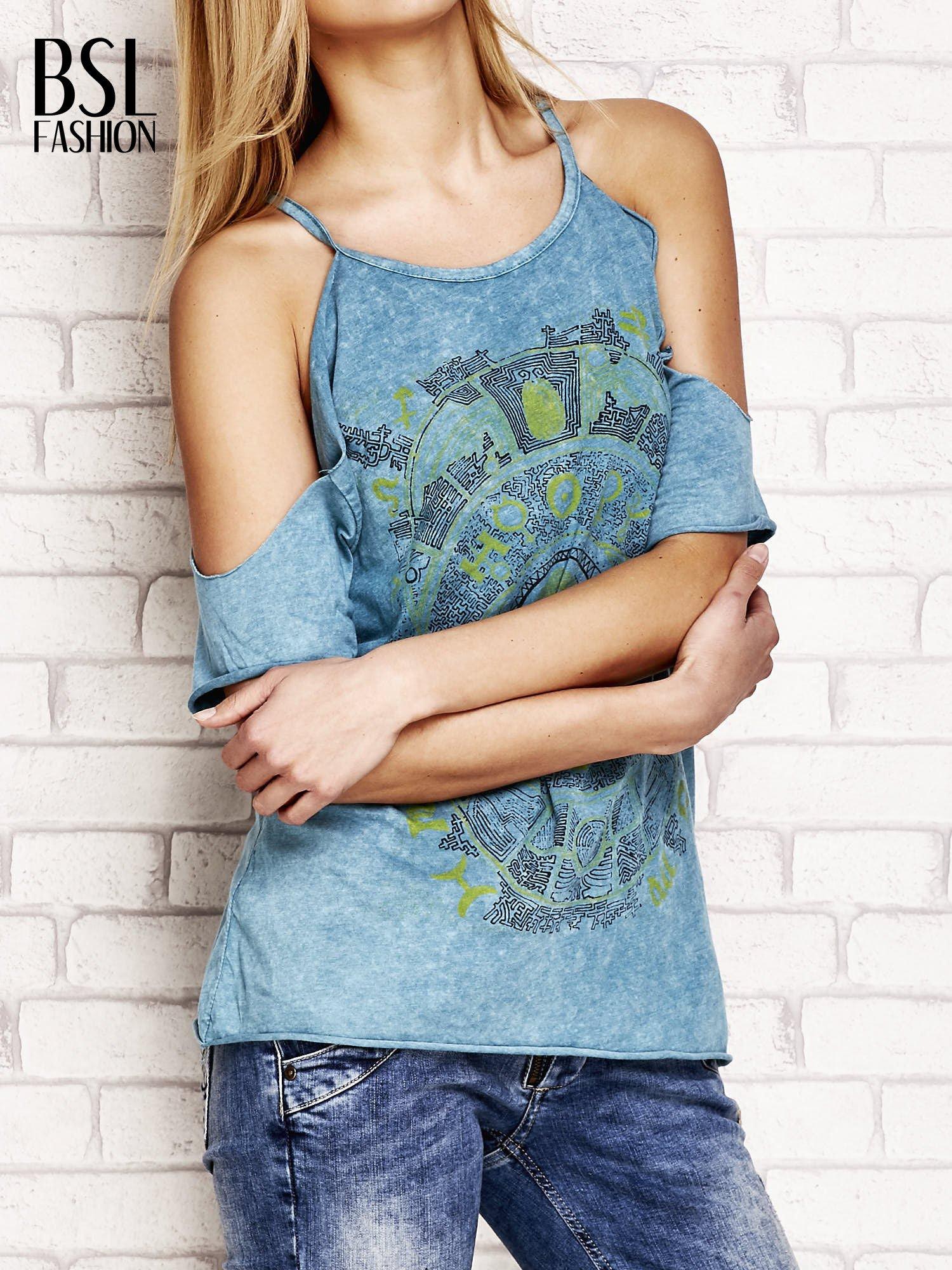 Ciemnoturkusowy t-shirt cut out shoulder z azteckim nadrukiem                                  zdj.                                  3