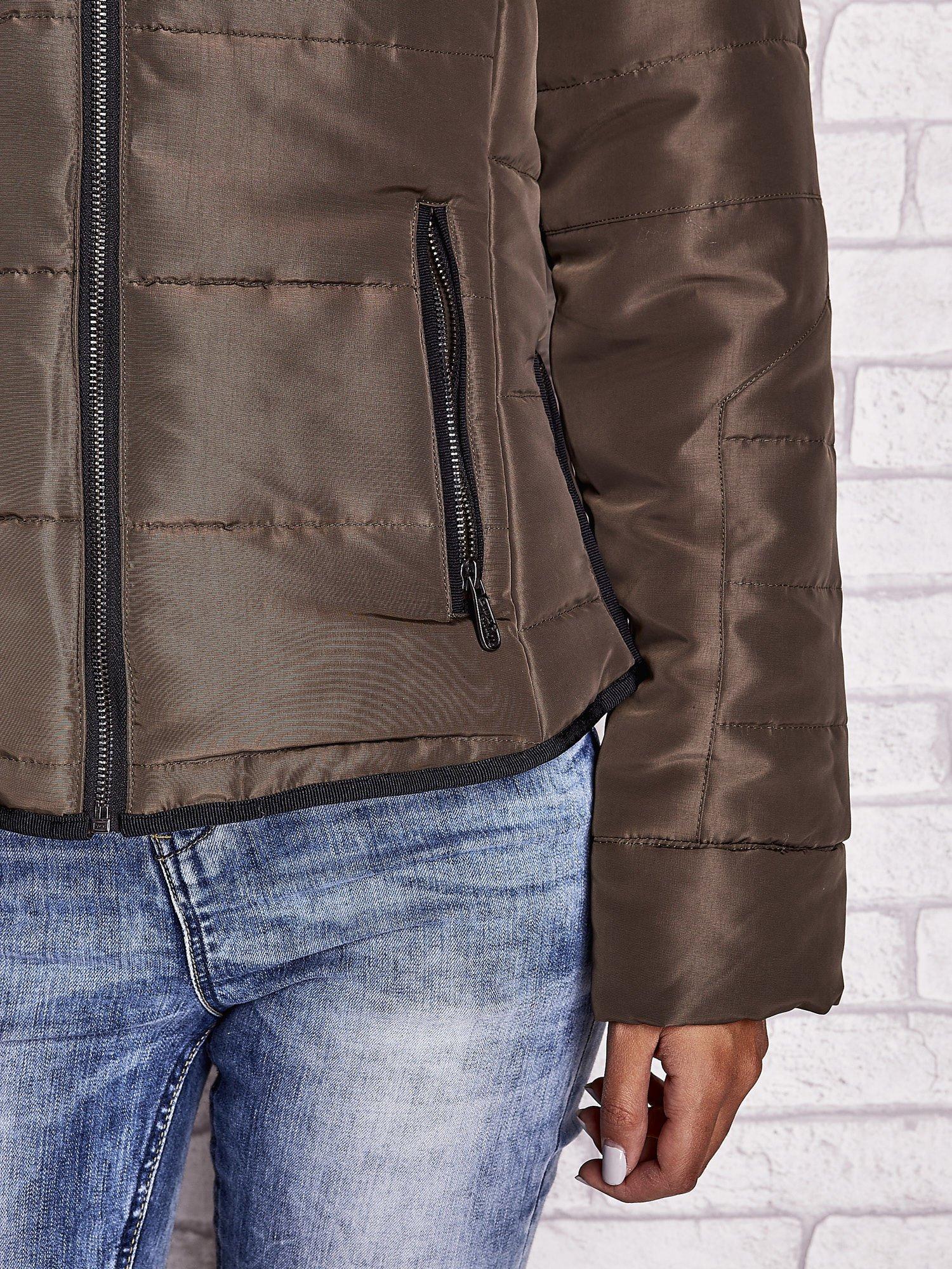 Ciemnozielona kurtka z futrzanym kołnierzem i kontrastową lamówką                                  zdj.                                  9