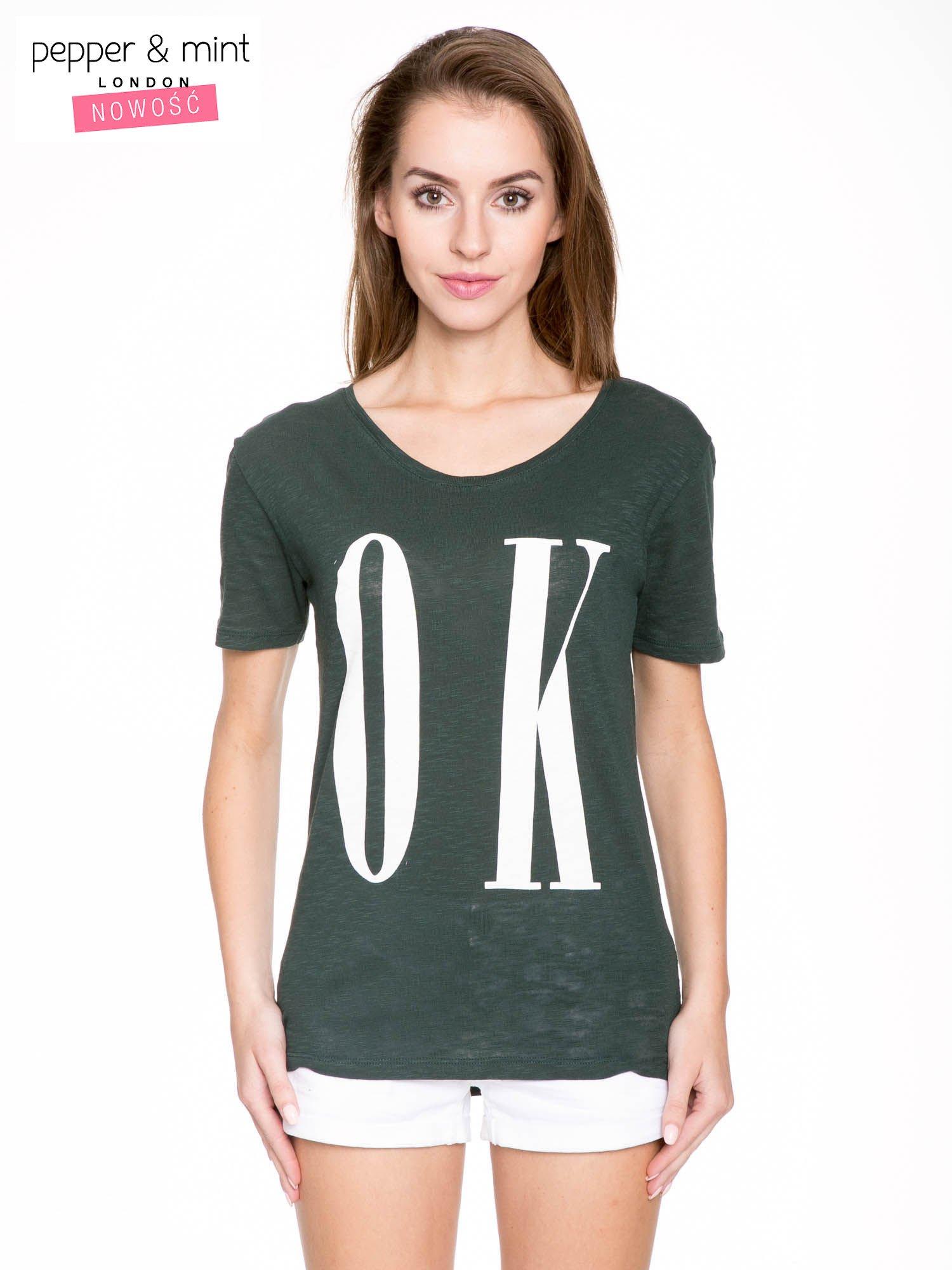 Ciemnozielony t-shirt z napisem OK                                  zdj.                                  1