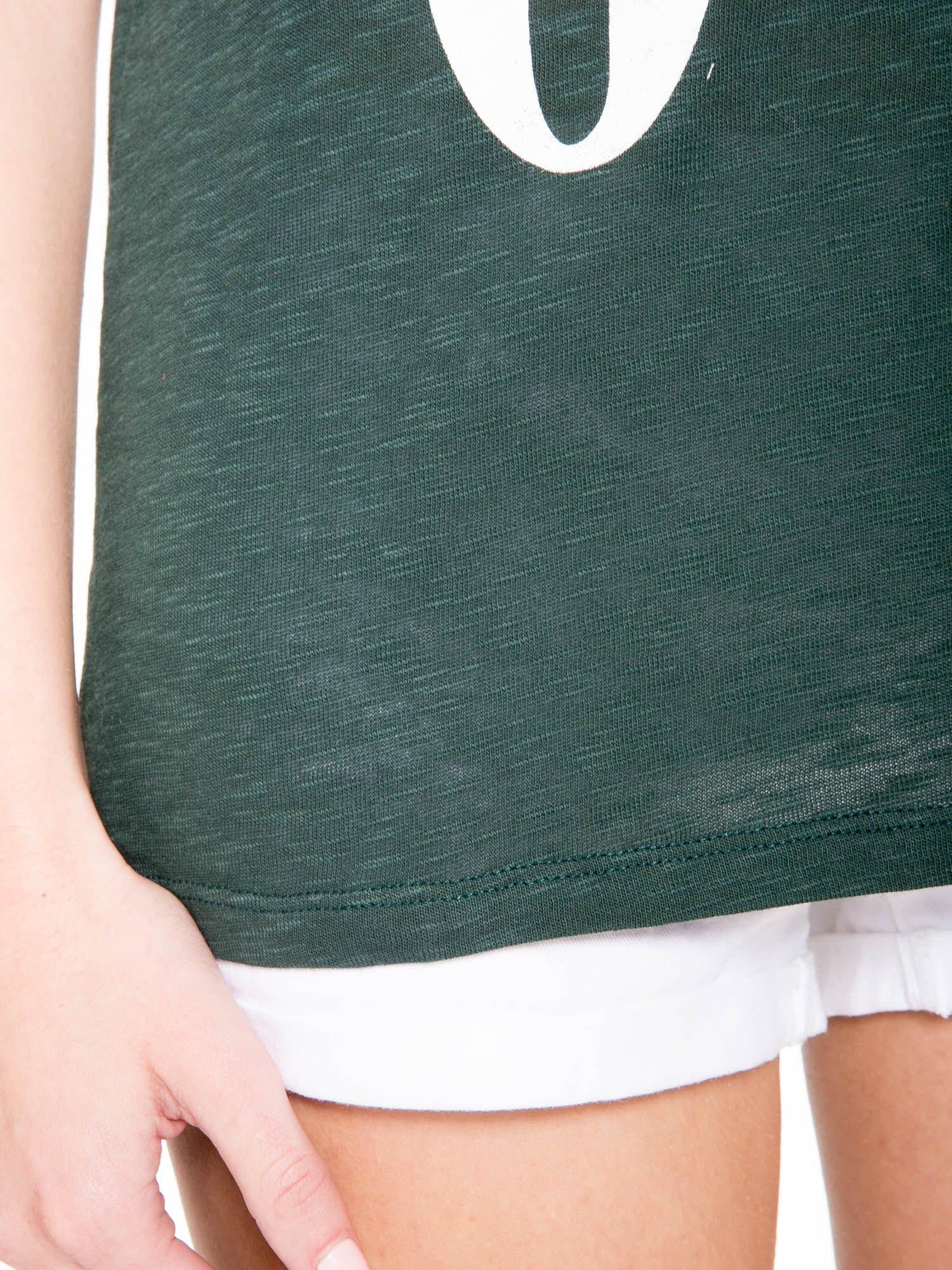 Ciemnozielony t-shirt z napisem OK                                  zdj.                                  9