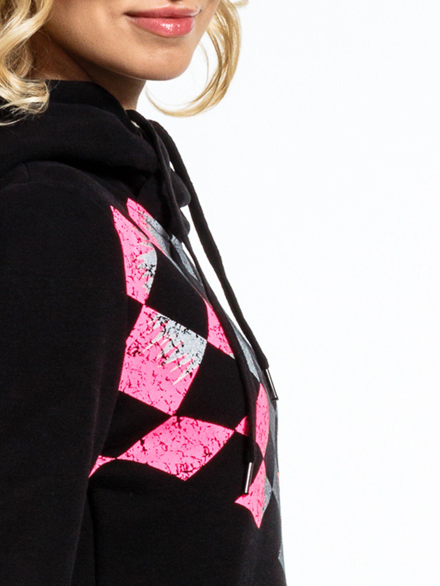 Czarna bluza sportowa z kapturem i nadrukiem w romby                                  zdj.                                  7