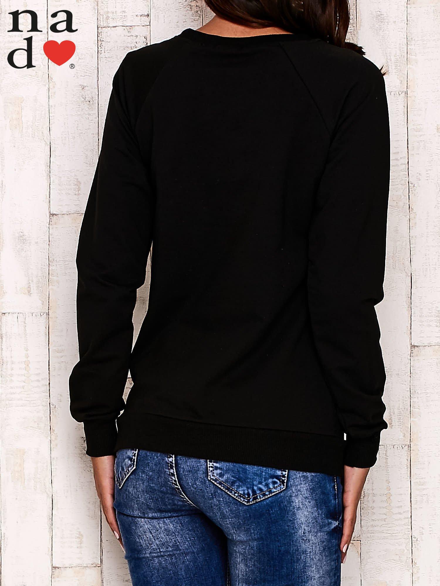 Czarna bluza z komiksowym nadrukiem                                  zdj.                                  4