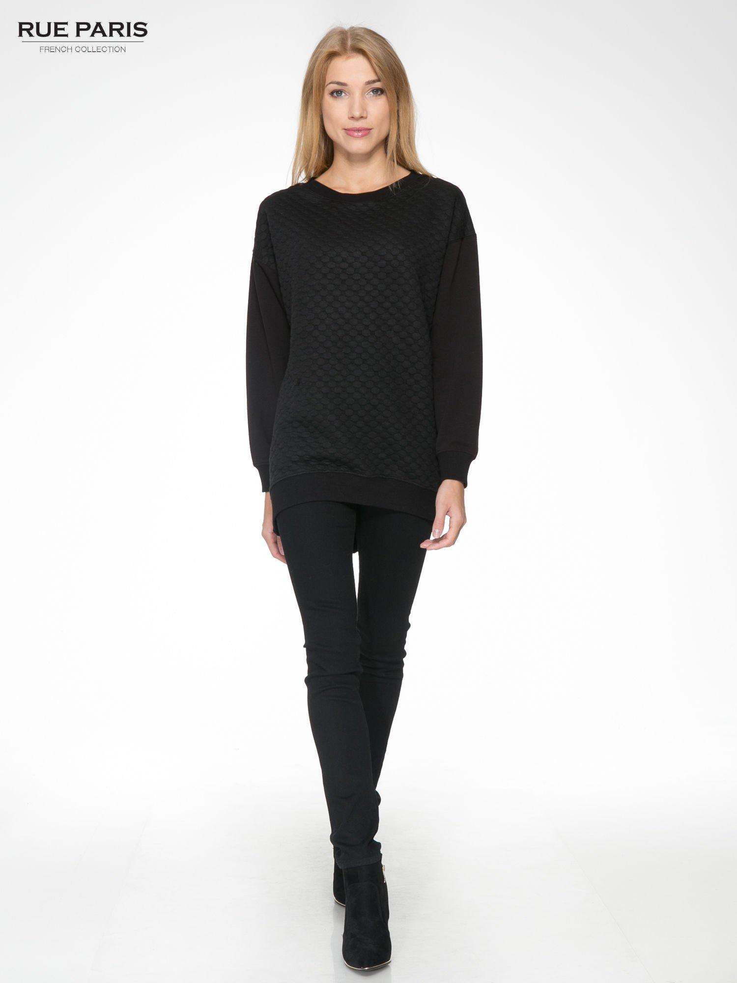 Czarna bluza z luźnymi rękawami o bąbelkowej fakturze                                  zdj.                                  2