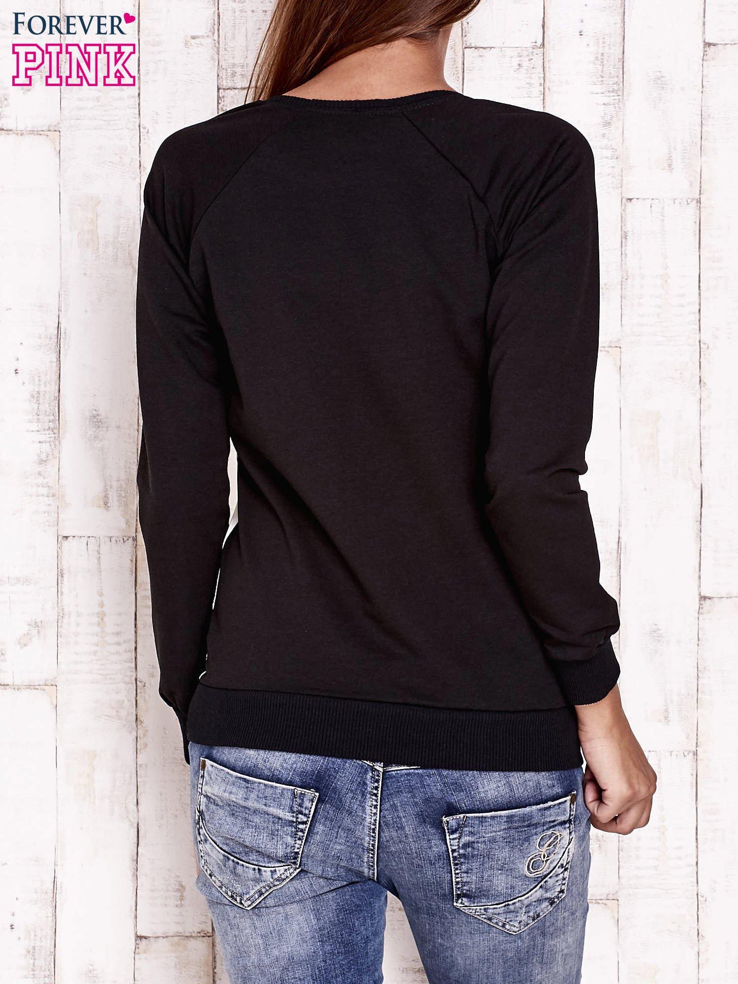 Czarna bluza z nadrukiem buldożków                                  zdj.                                  2