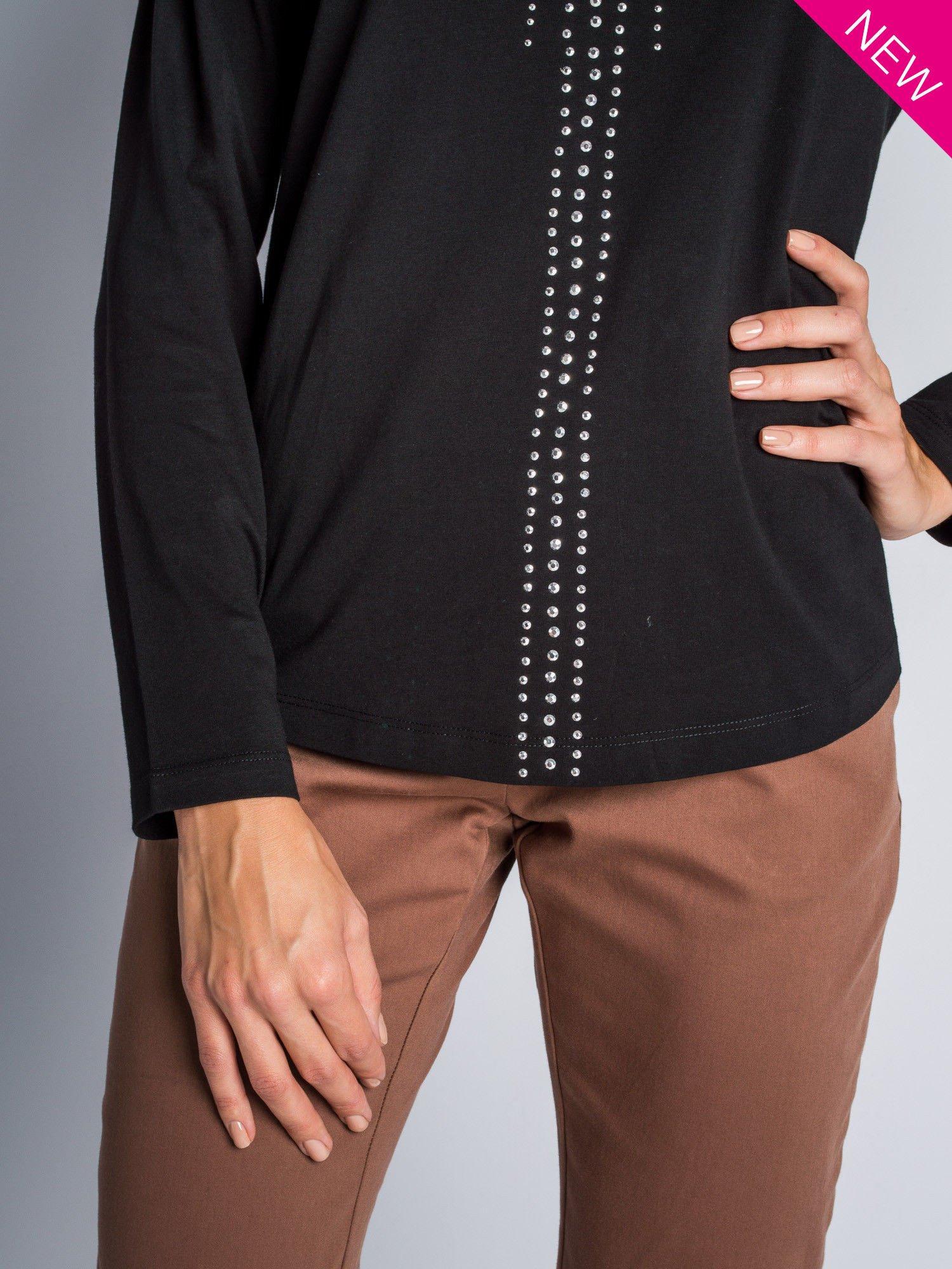 Czarna bluzka z aplikacją z dżetów z przodu                                  zdj.                                  5