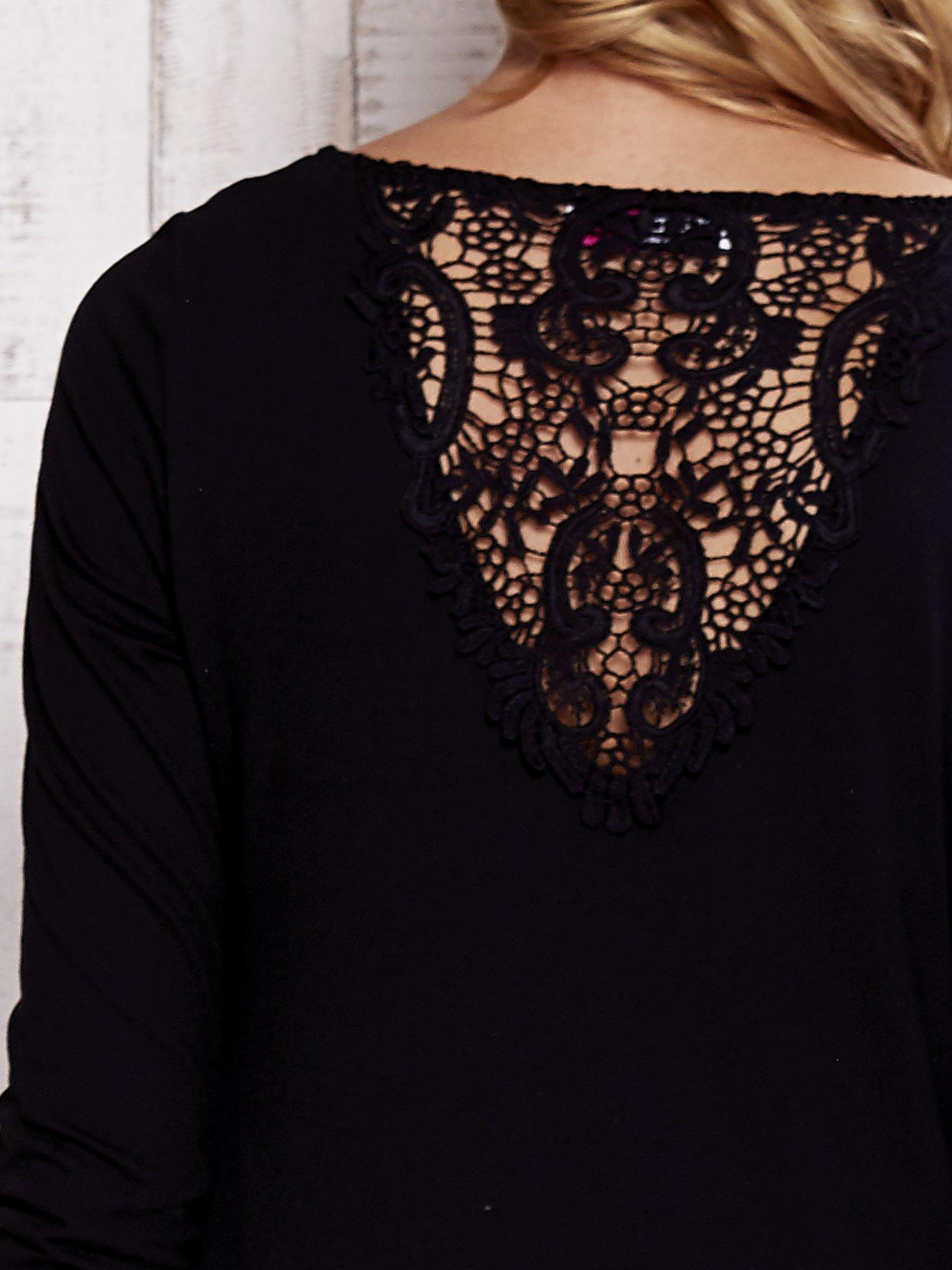 Czarna bluzka z koronkową wstawką na plecach                                  zdj.                                  5