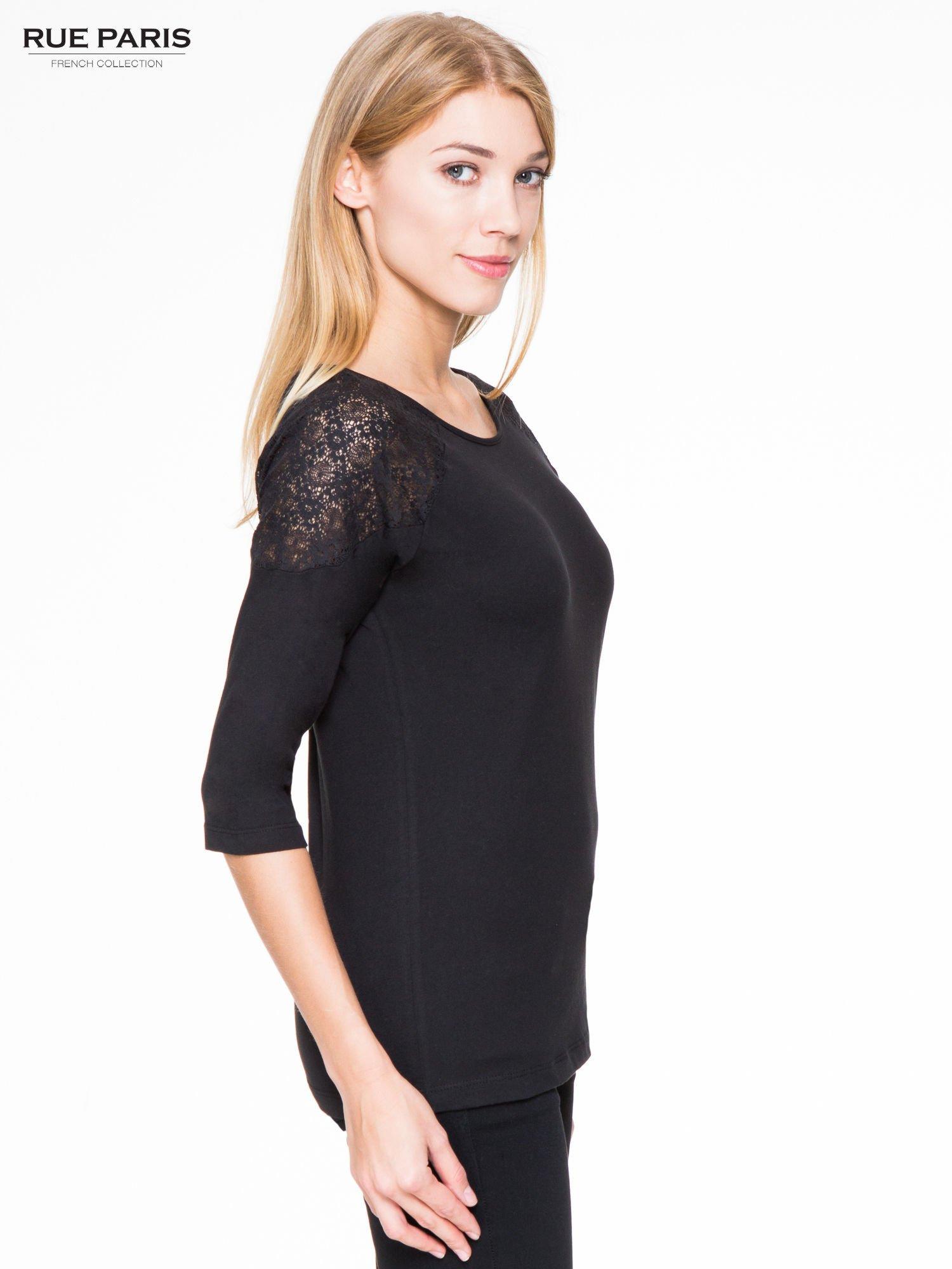 Czarna bluzka z koronkową wstawką na ramionach                                  zdj.                                  3