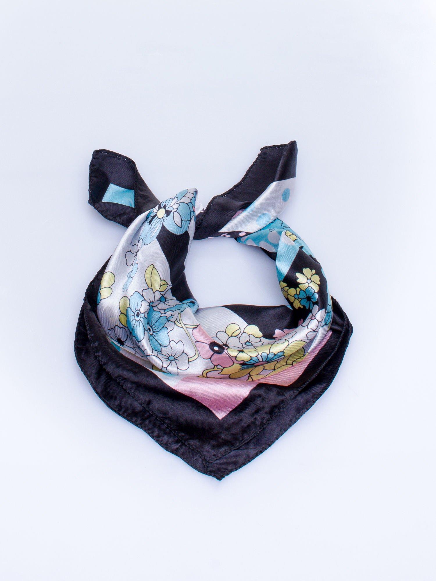 Czarna chusta apaszka w kwiatowe wzory                                  zdj.                                  2