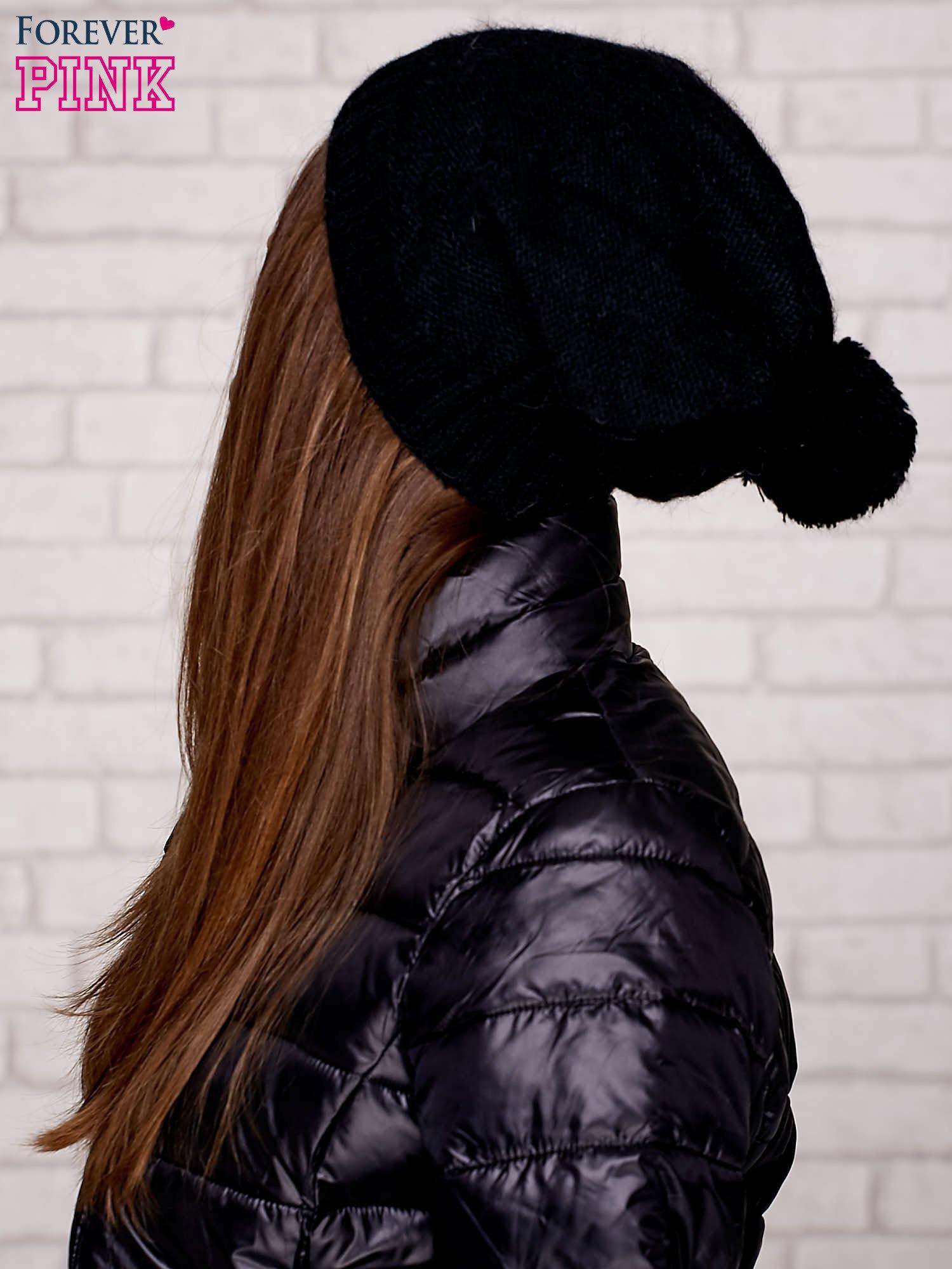 Czarna czapka z angory z aplikacją                                  zdj.                                  2
