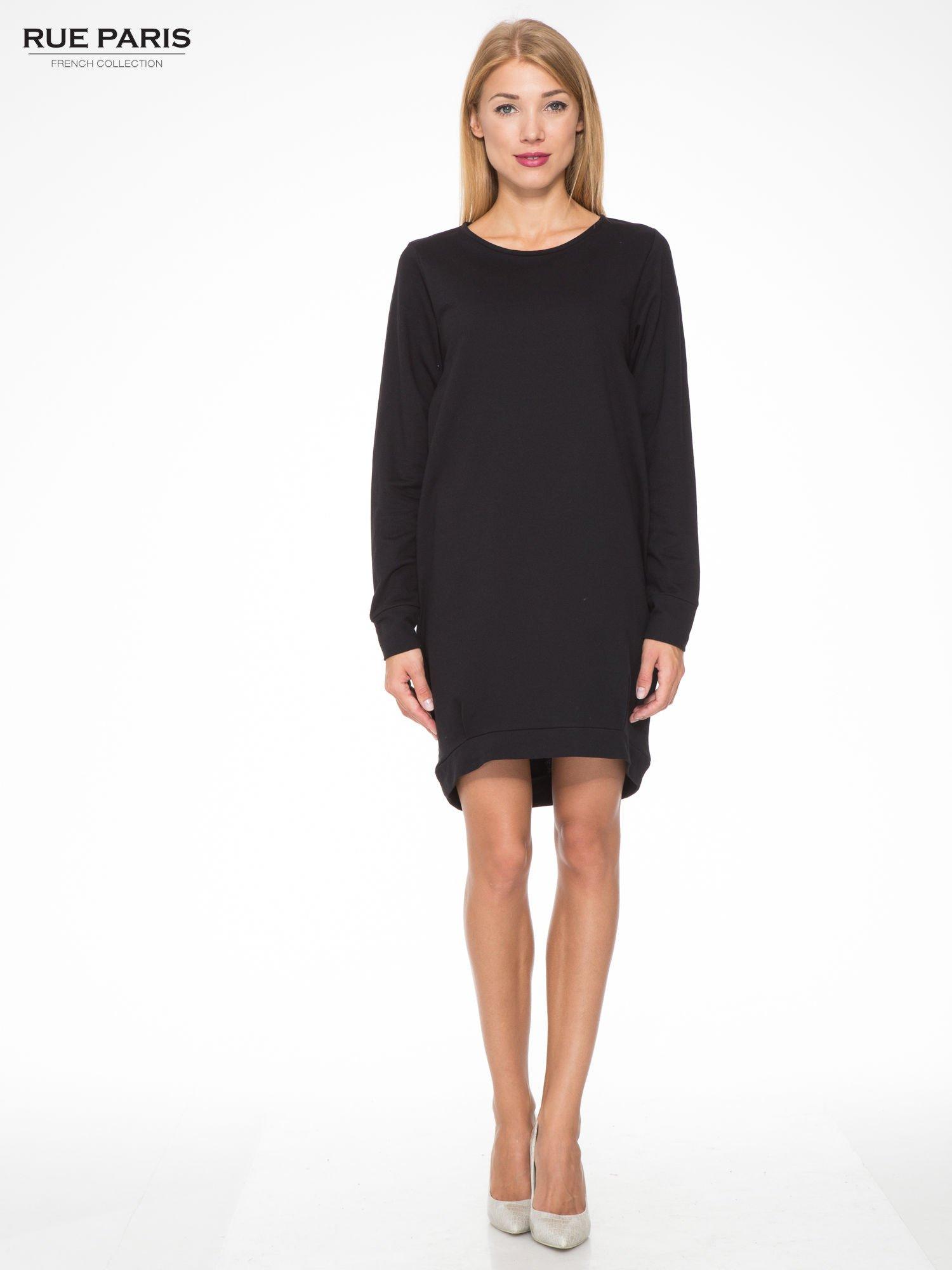 Czarna dresowa sukienka oversize z ozdobnymi kieszeniami                                  zdj.                                  2