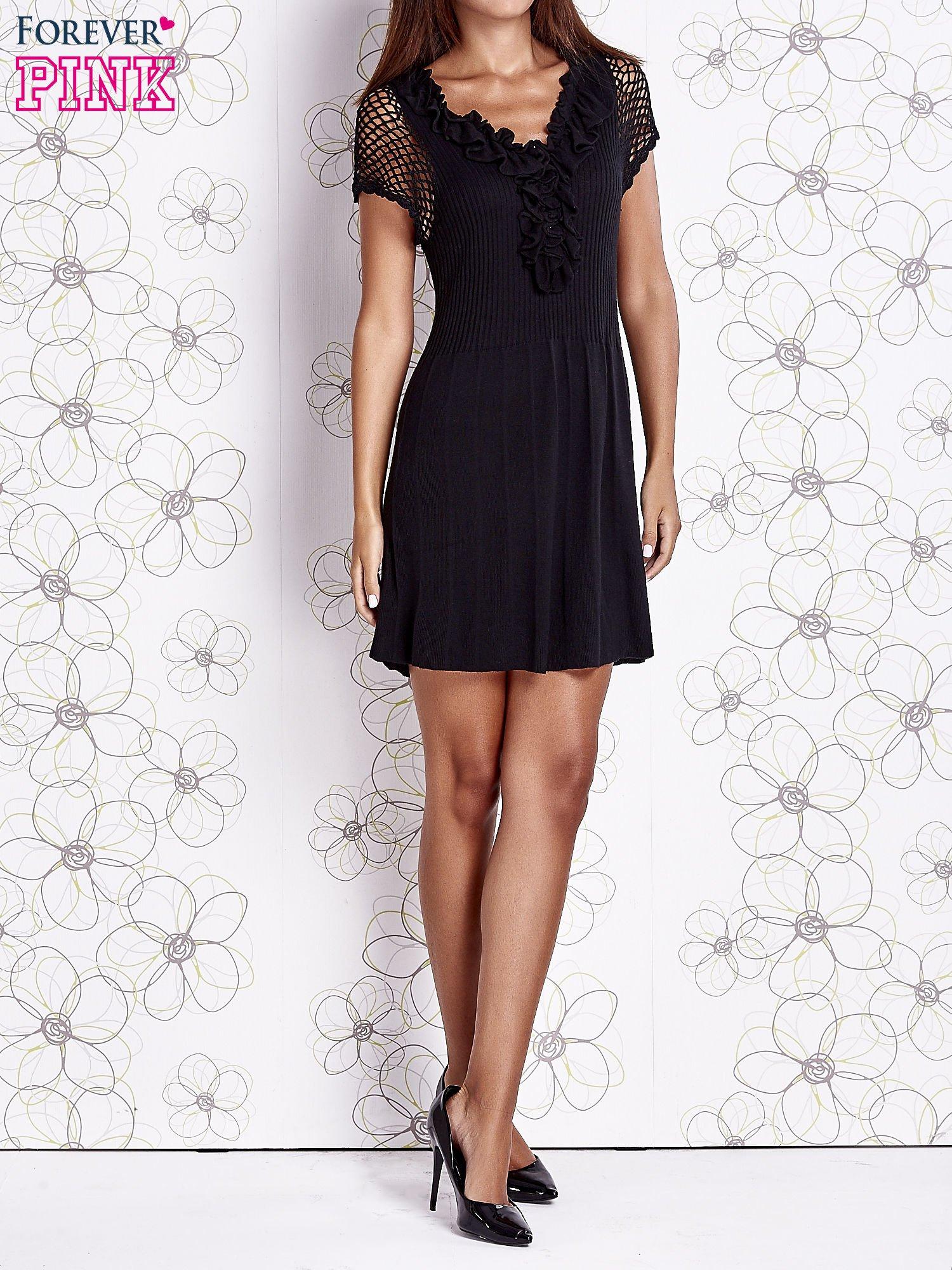 Czarna dzianinowa sukienka z żabotem i ażurowymi rękawami                                  zdj.                                  7
