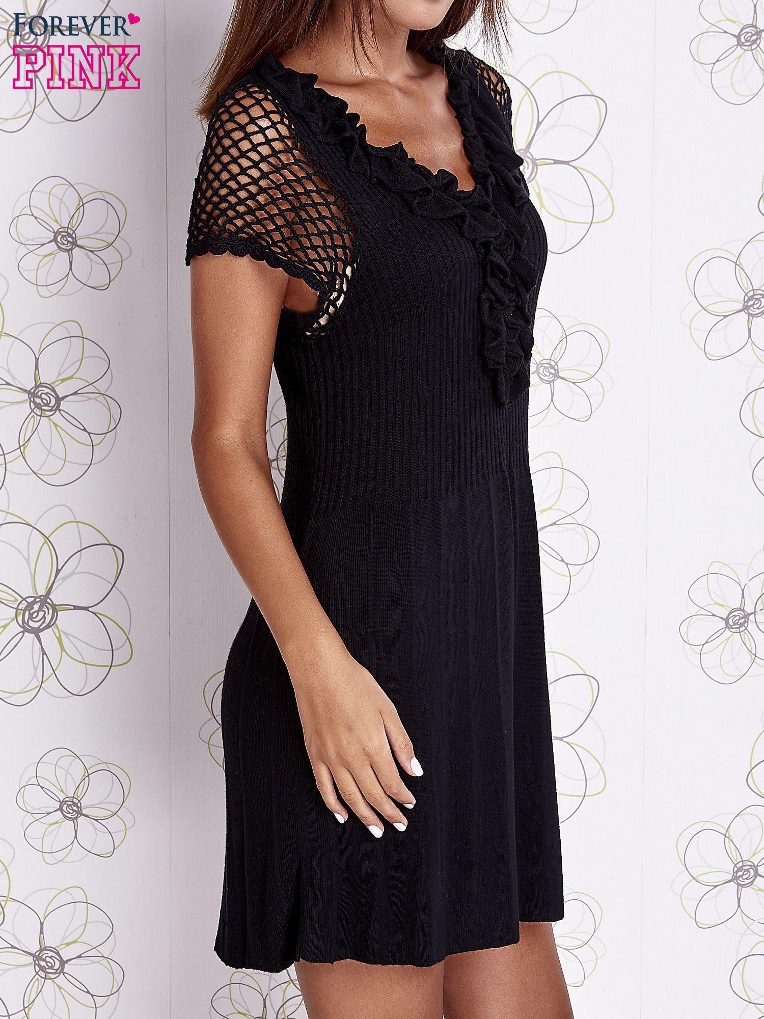 Czarna dzianinowa sukienka z żabotem i ażurowymi rękawami                                  zdj.                                  3