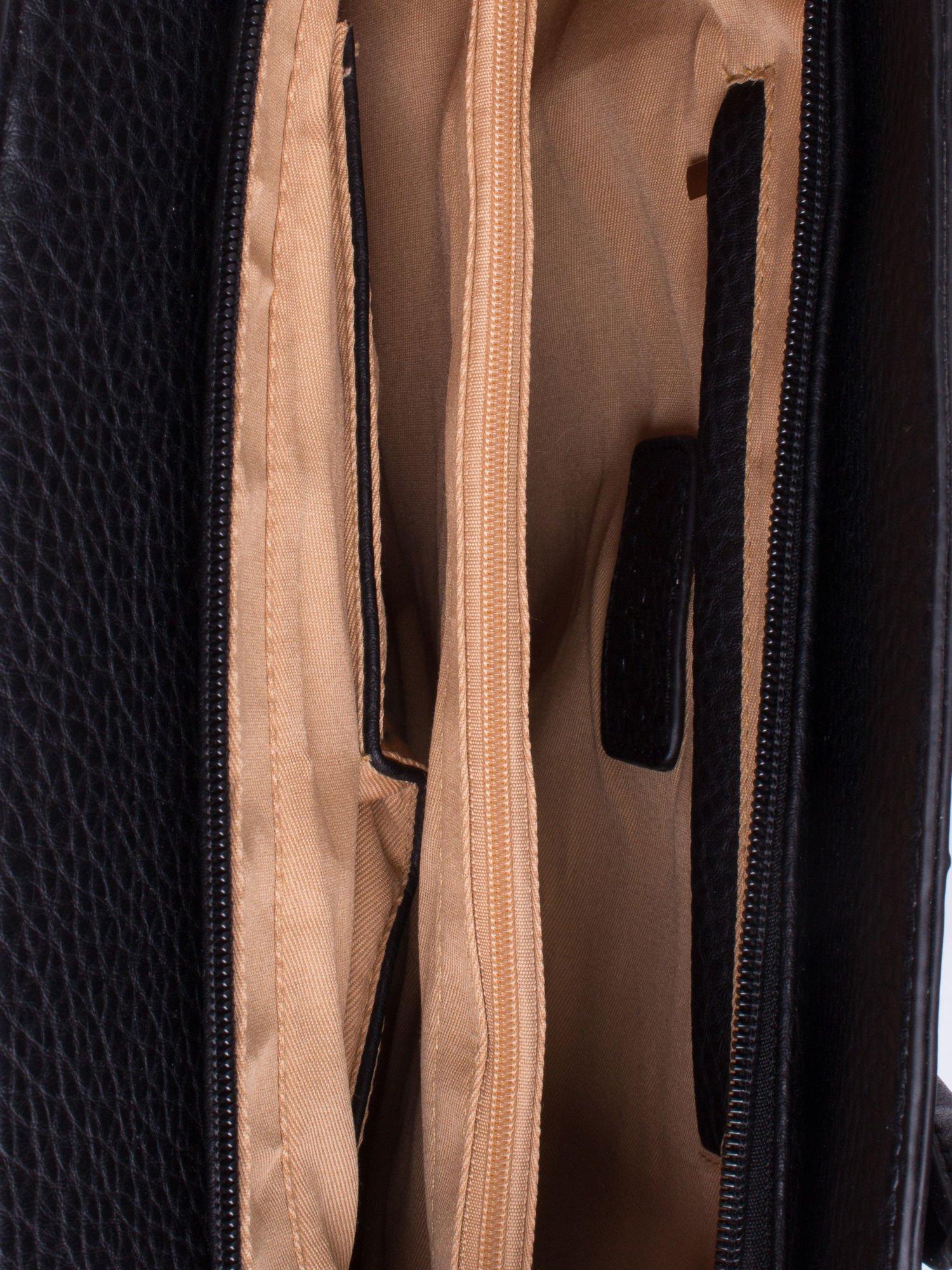 Czarna fakturowana torba miejska ze złotym łańcuszkiem                                  zdj.                                  4