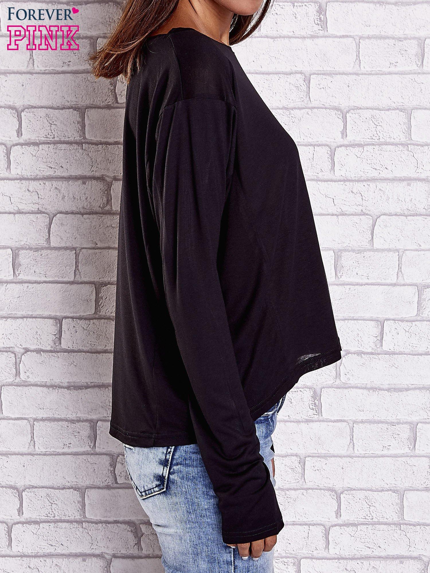 Czarna gładka bluzka z dłuższym tyłem                                  zdj.                                  4