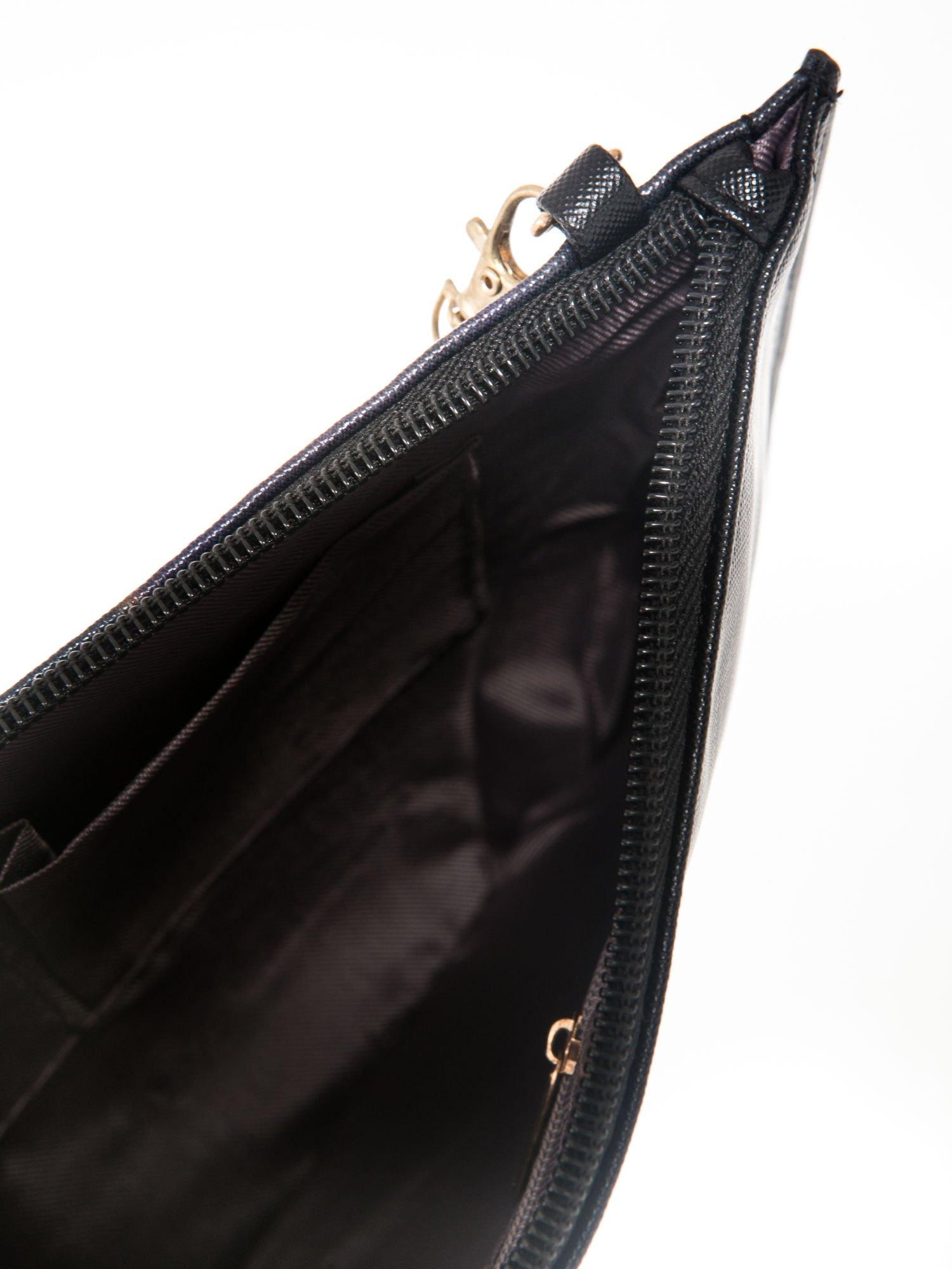 Czarna kopertówka z nadrukiem Audrey Hepburn, frędzlami i złotym łańcuszkiem                                  zdj.                                  6