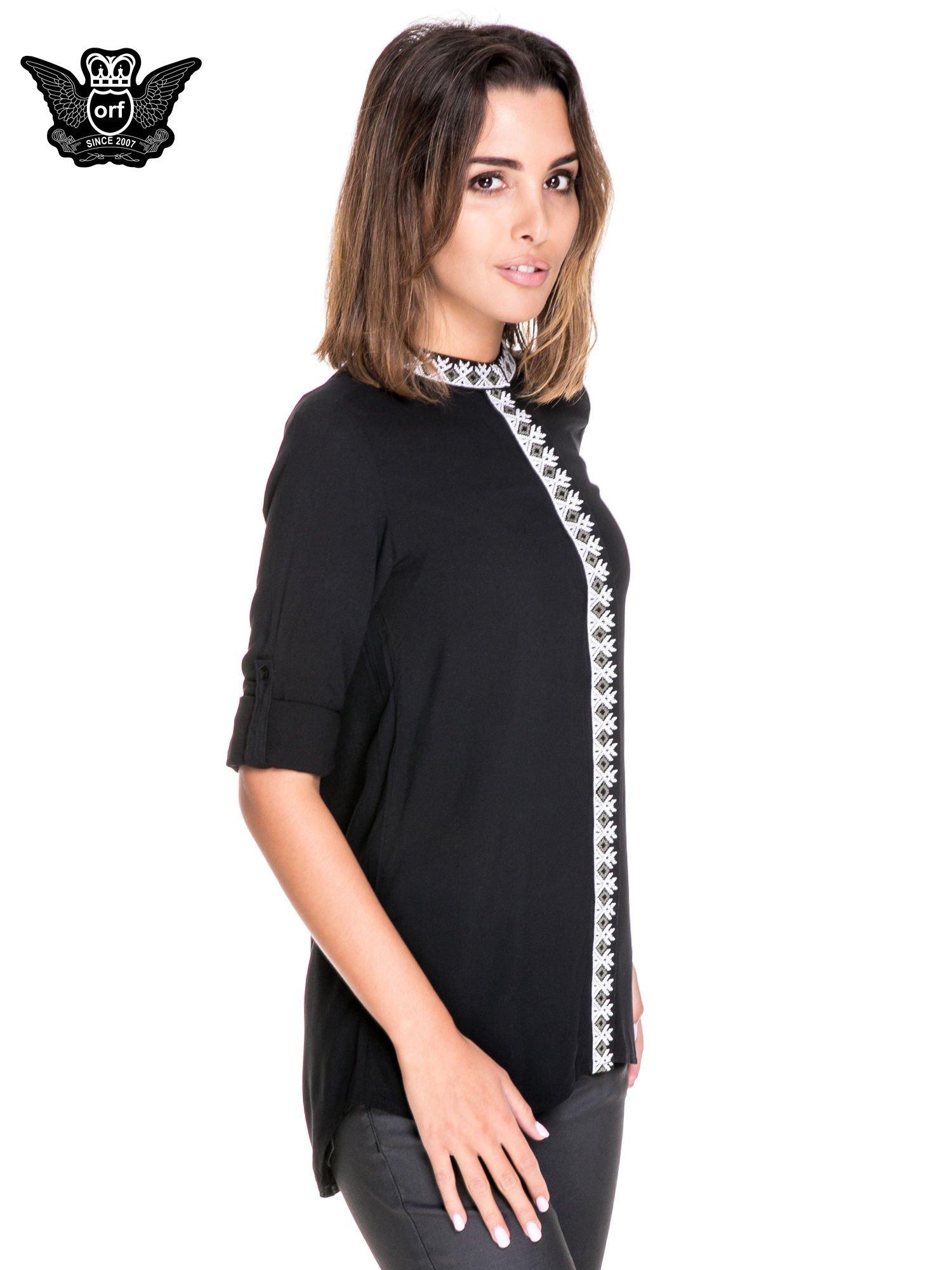 Czarna koszula w stylu boho ze wzorzystą listwą i kołnierzykiem                                  zdj.                                  5