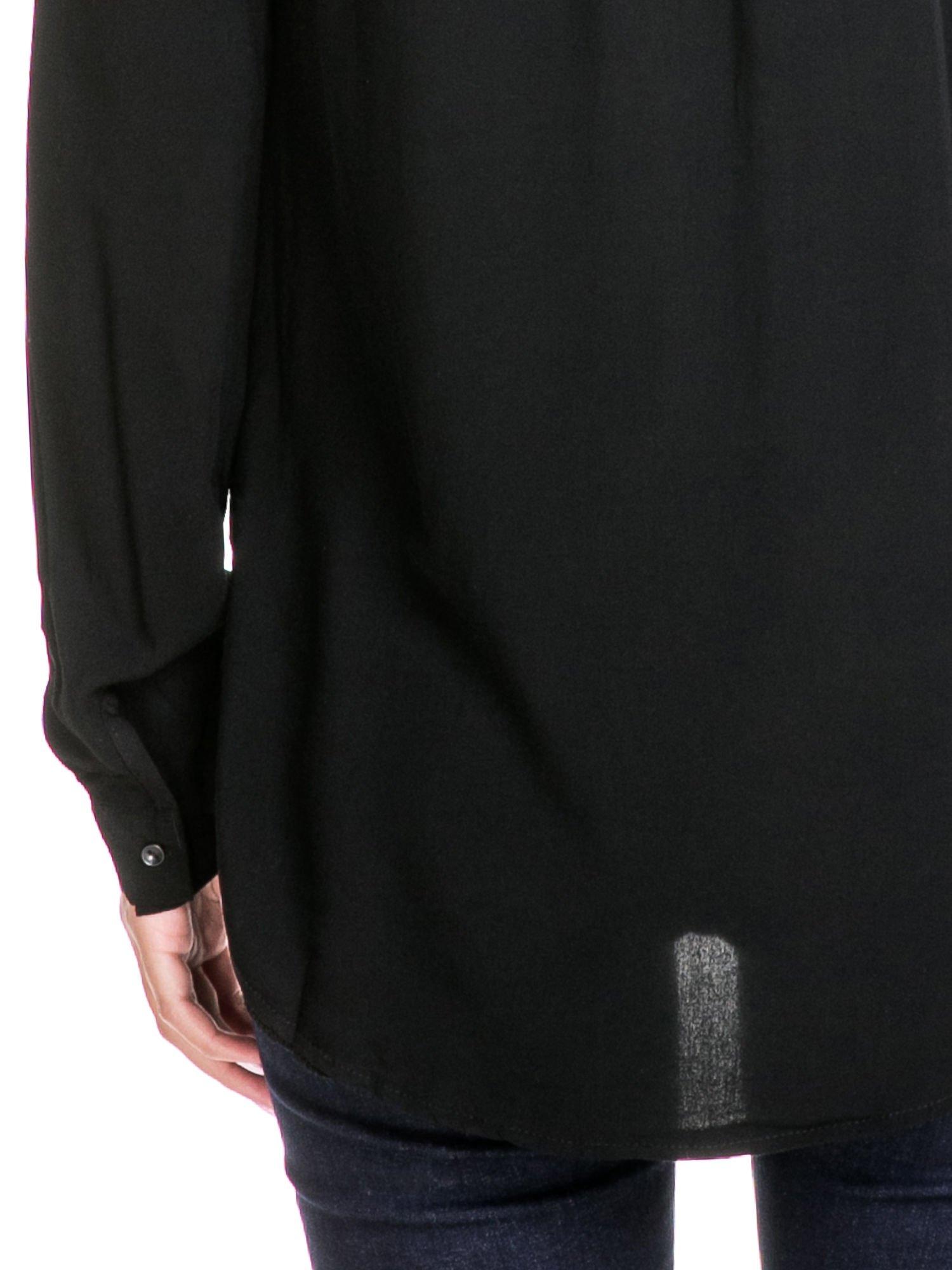 Czarna koszula z listwą i pagonami zdobionymi dżetami                                  zdj.                                  8