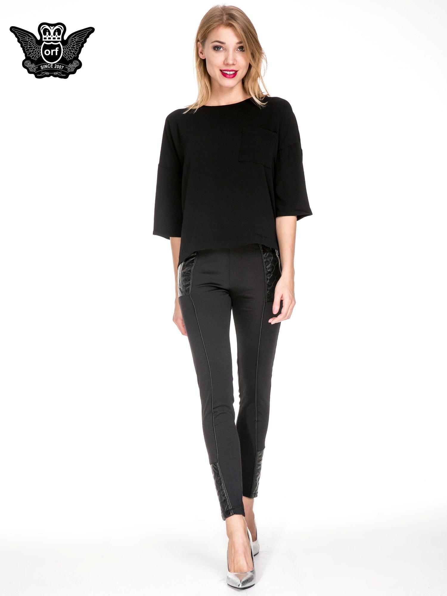 Czarna koszula z obniżoną linią ramion i kieszonką                                  zdj.                                  4