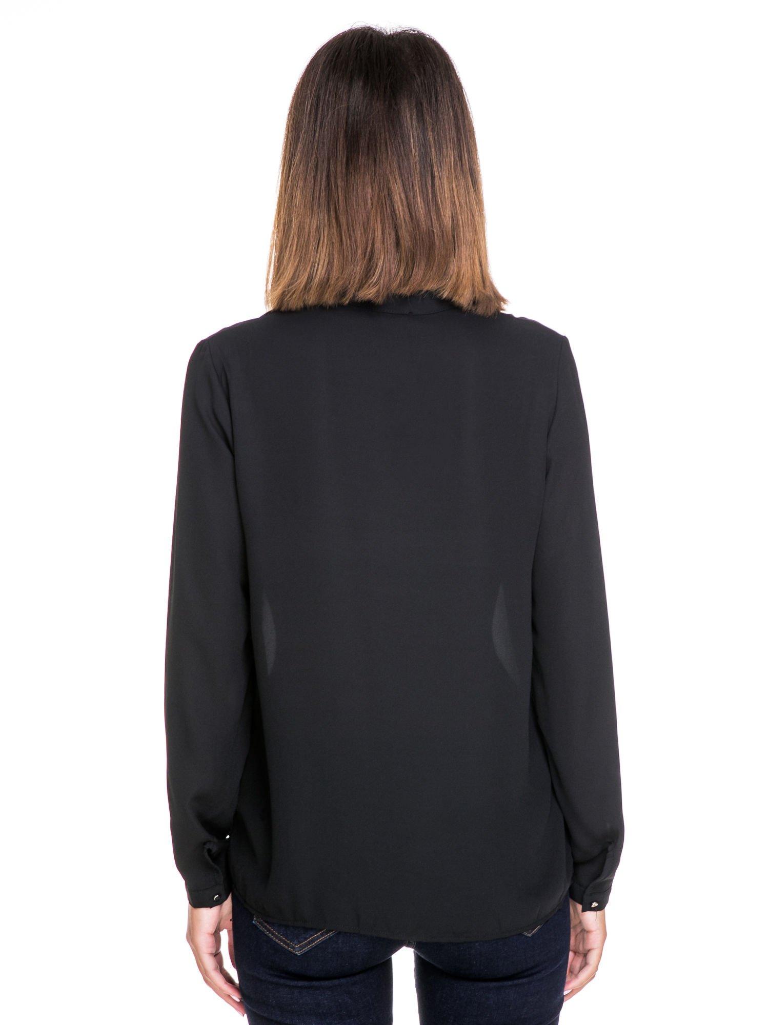 Czarna koszula ze stójką i kieszonkami na guziczki                                  zdj.                                  4