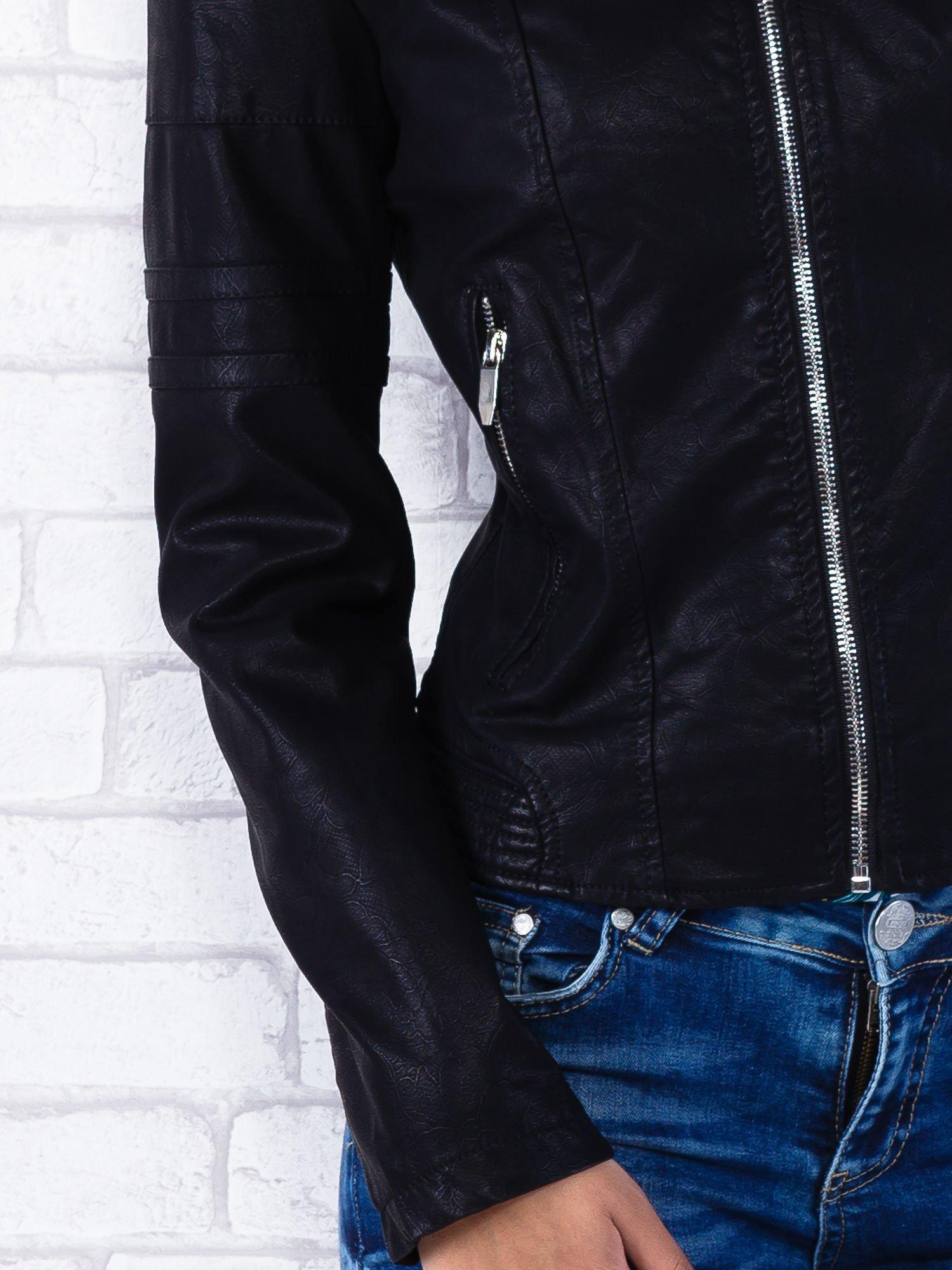 Czarna kurtka ramoneska tłoczona w roślinny wzór                                  zdj.                                  5
