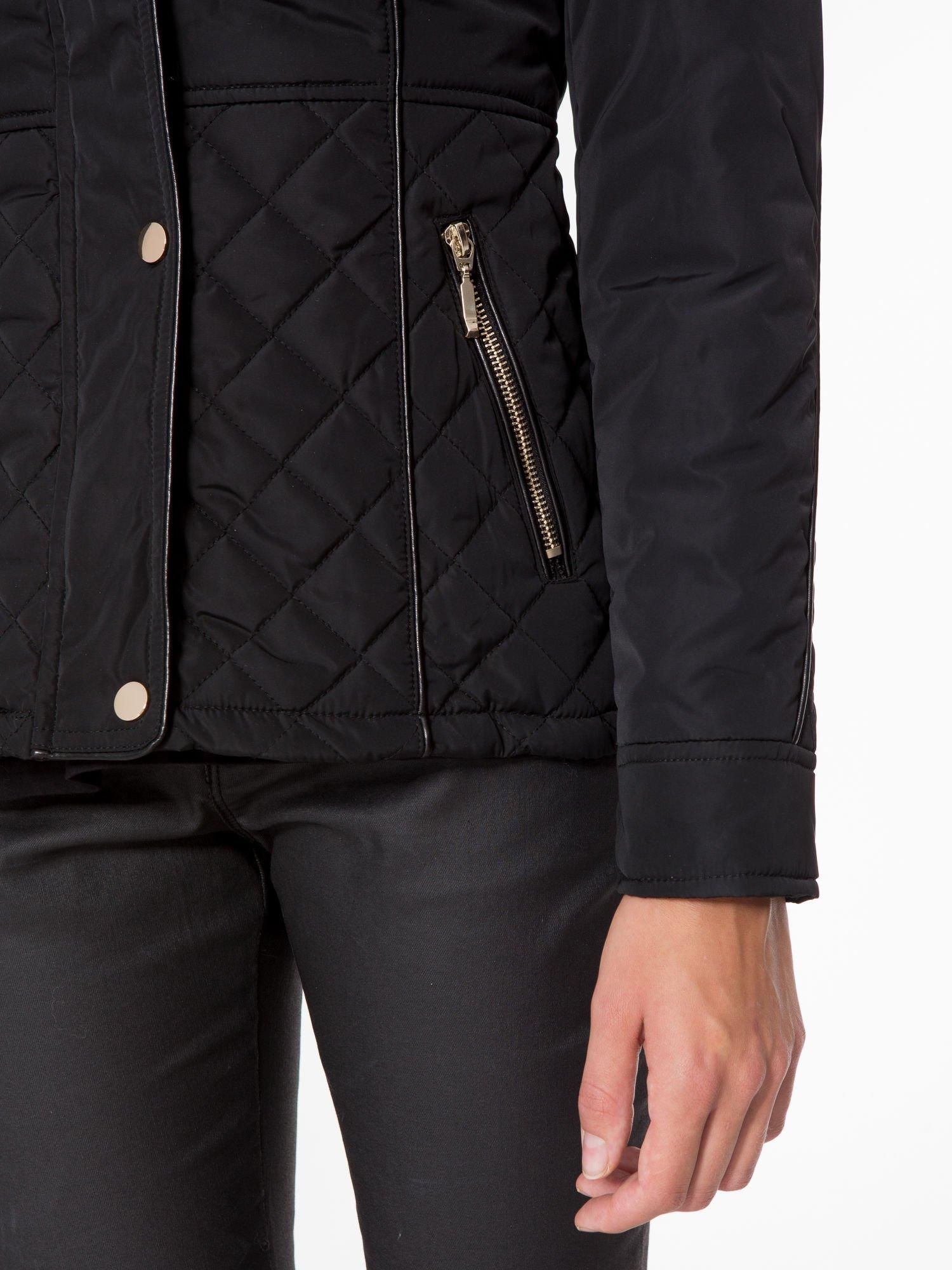 Czarna kurtka z pikowanymi wstawkami i skórzaną lamówką                                  zdj.                                  8