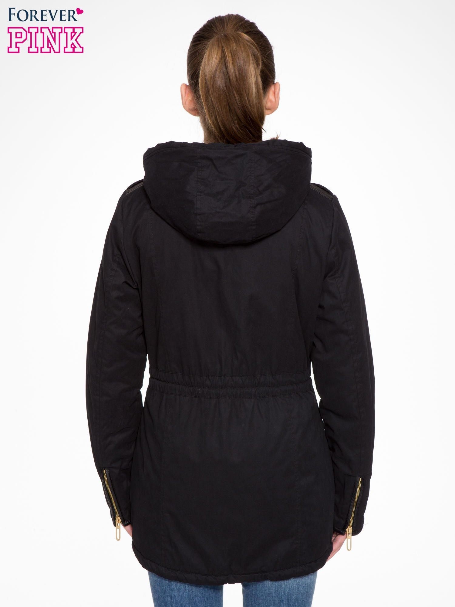 Czarna kurtka z suwakami i skórzanymi wstawkami                                  zdj.                                  3