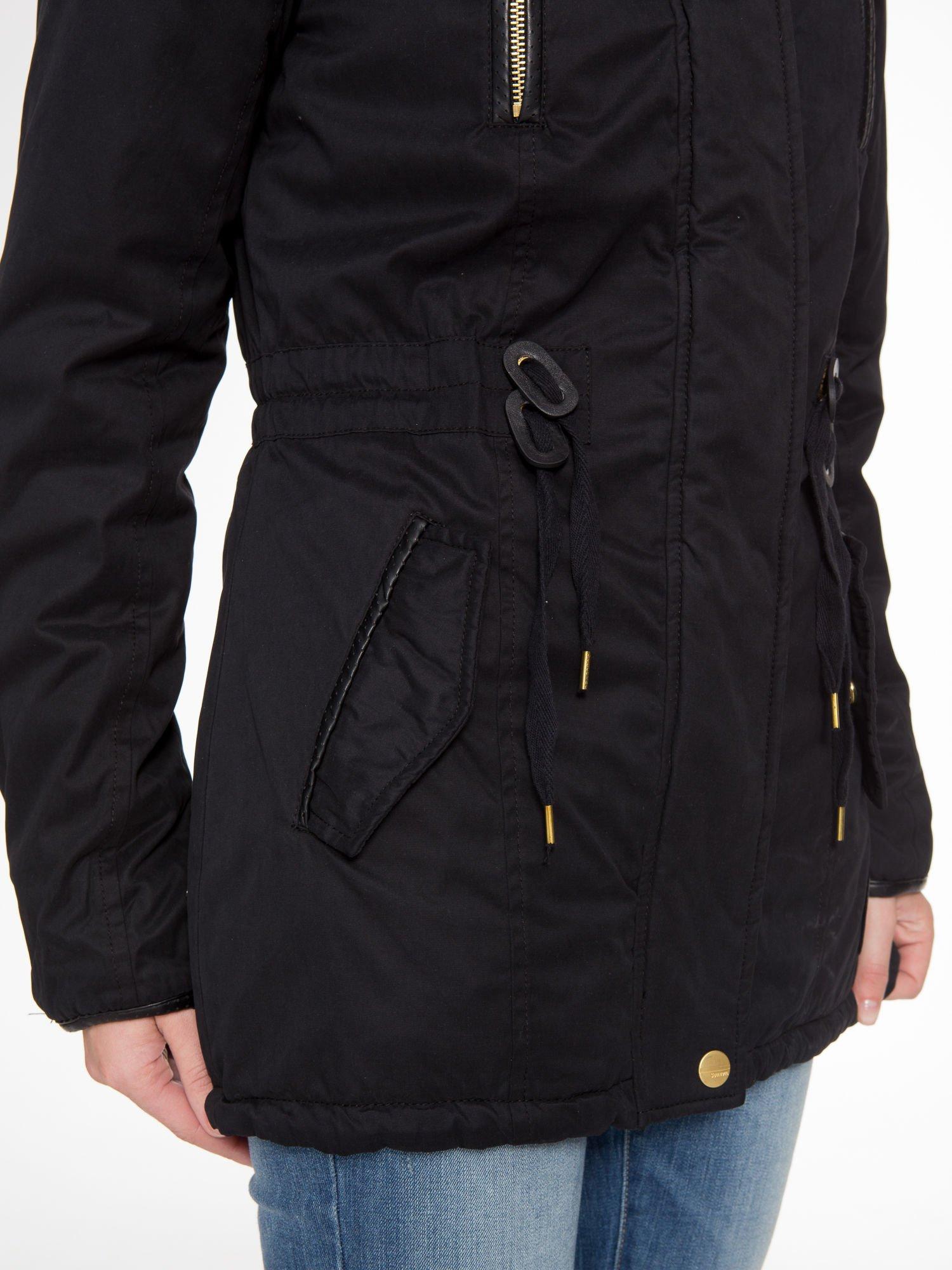 Czarna kurtka z suwakami i skórzanymi wstawkami                                  zdj.                                  7