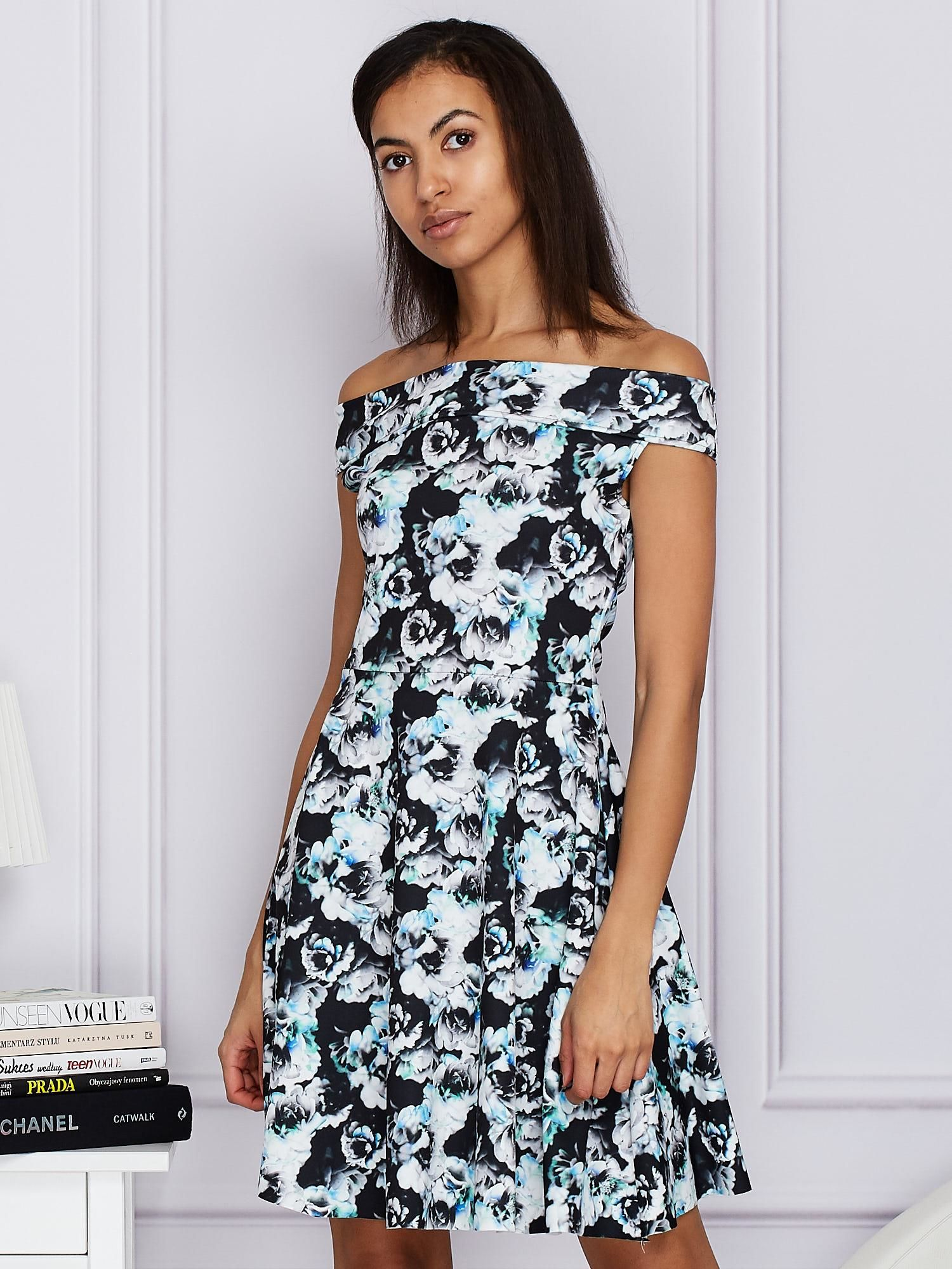 c720b331f90bf Czarna kwiatowa sukienka z rozkloszowanym dołem - Sukienka ...