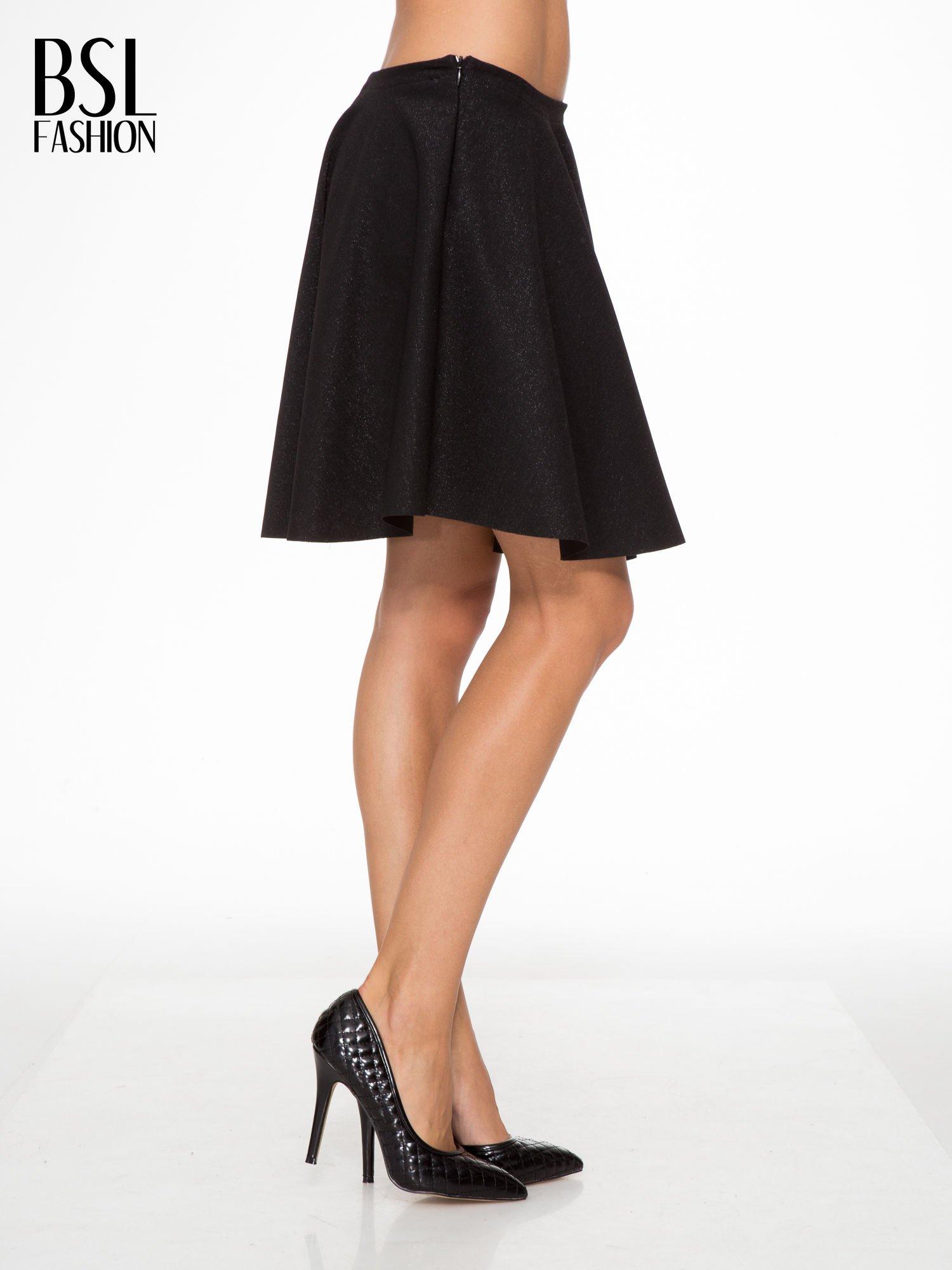 Czarna mini spódniczka przeplatana błyszczącą nicią                                  zdj.                                  3