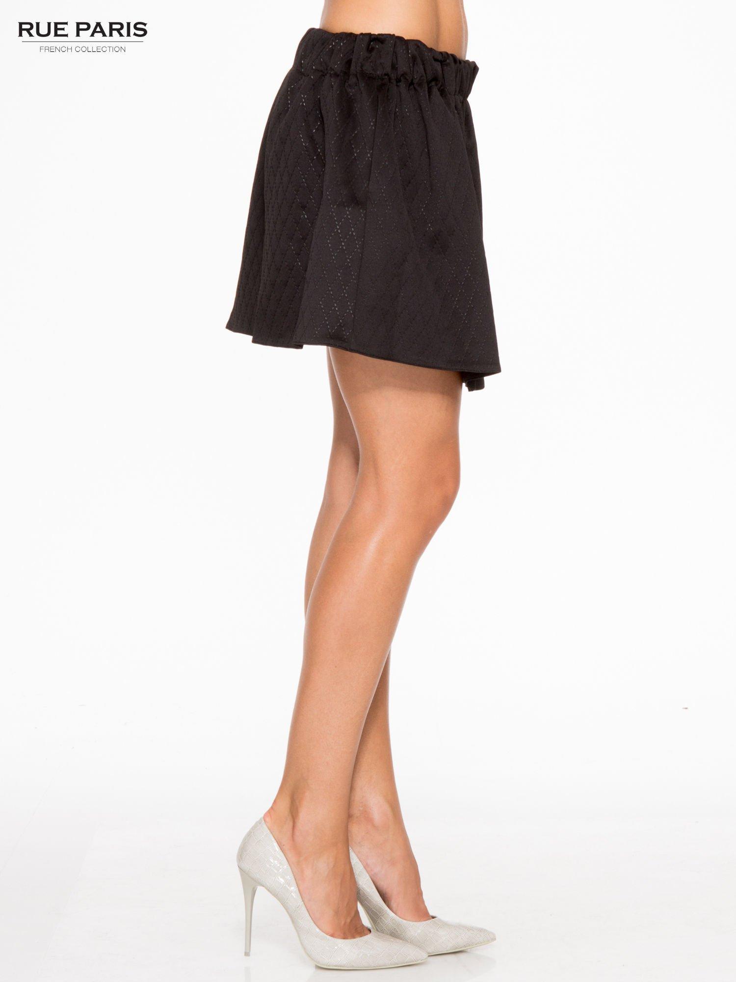 Czarna mini spódniczka w pikowany wzór                                  zdj.                                  3