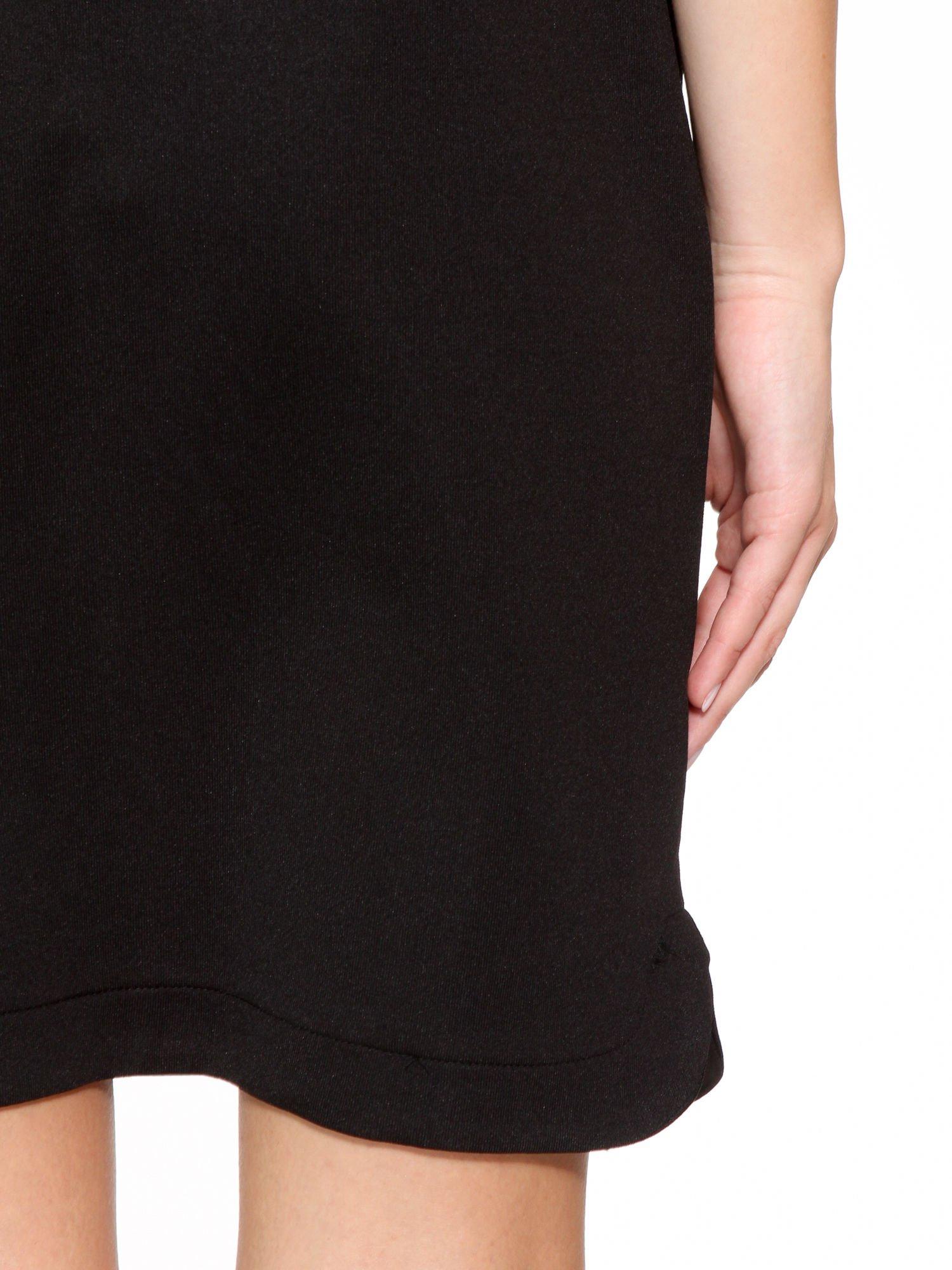 Czarna minimalistyczna sukienka z dekoltem w serek                                  zdj.                                  10